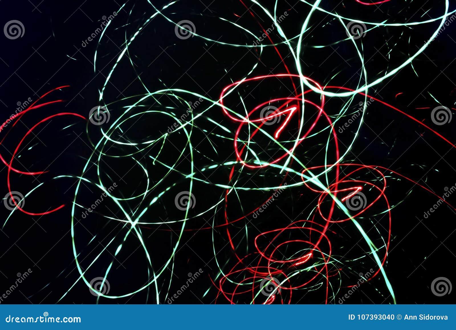 Abstrakter schwarzer Hintergrund mit chaotischen gewundenen Neonlinien