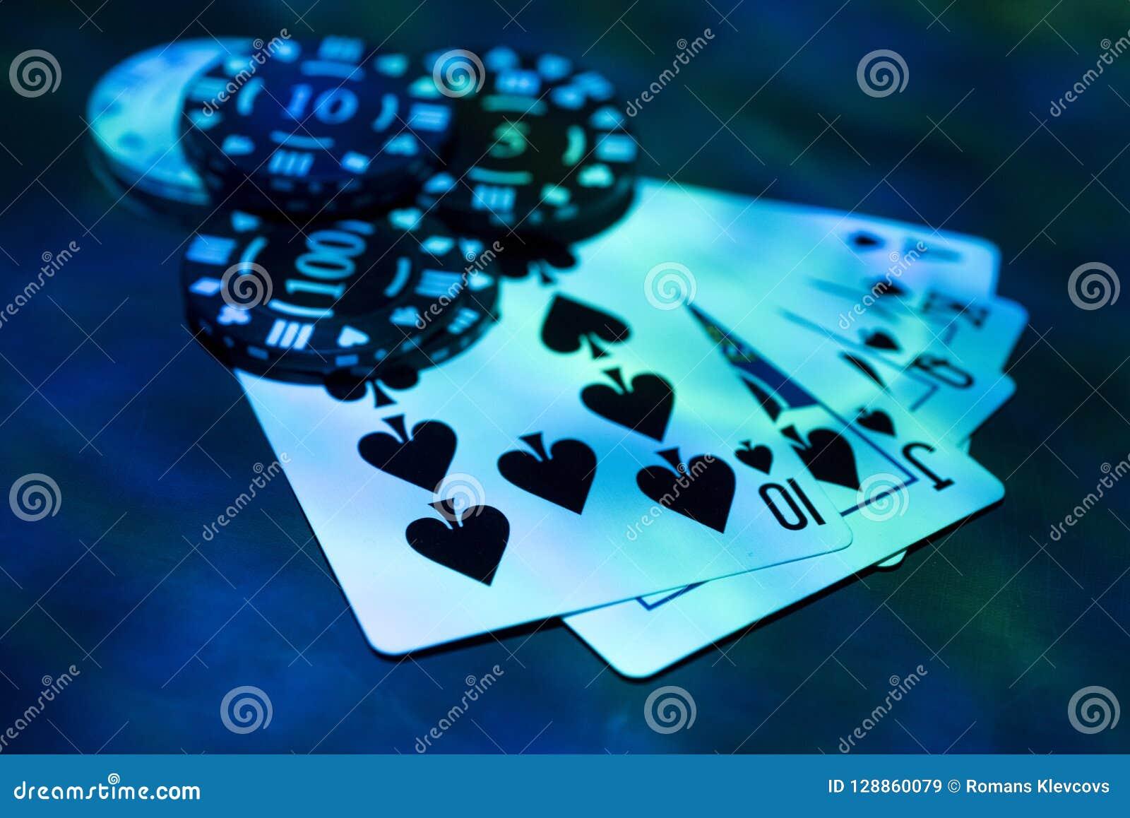 Abstraktes Foto des Kasinos Pokerspiel auf rotem Hintergrund Thema des Spielens