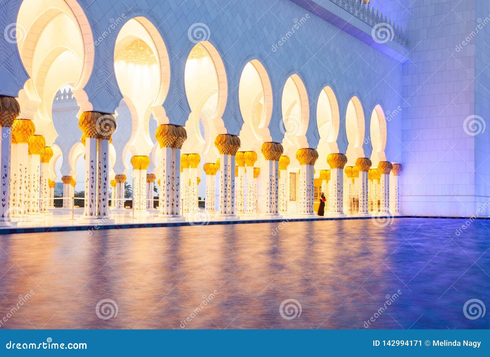 ABU DHABI, UAE - LUTY 2018: sheikh zayed uroczystego meczet, Abu Dhabi, UAE