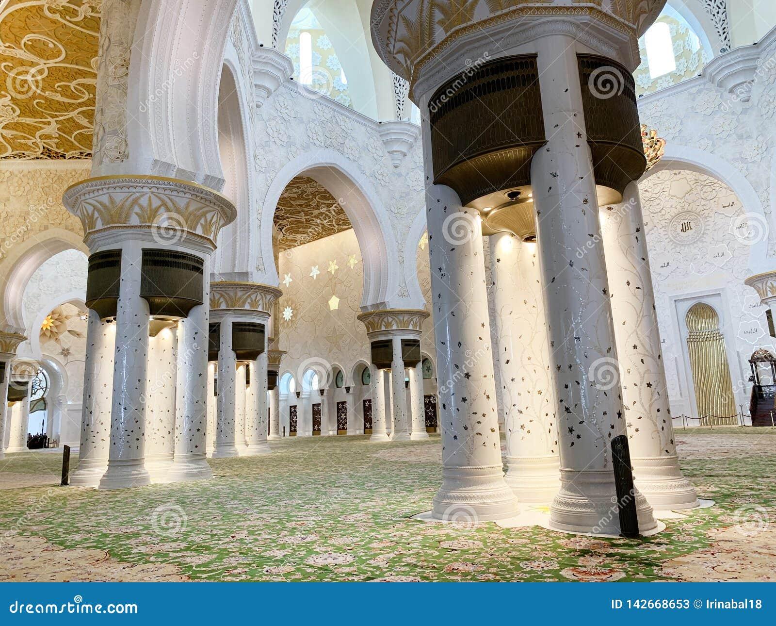 ABU DHABI UAE - MARS, 19, 2019: H?rliga Sheikh Zayed Mosque som insidan ?r en av sex st?rsta mosk?er i v?rlden, mosk?, var offici