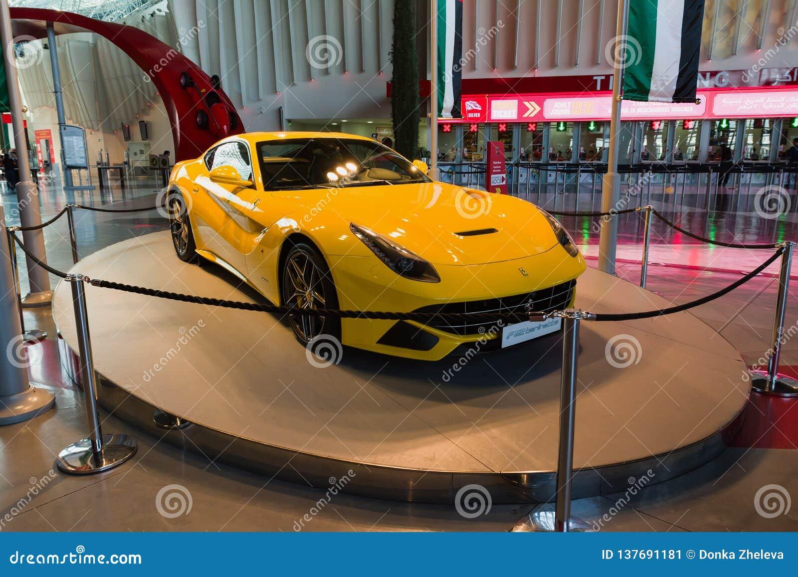 ABU DHABI, UNITED ARAB EMIRATES - 5 DE DICIEMBRE DE 2016: Mundo de Ferrari en la isla de Yas en Abu Dhabi Coche del amarillo de F