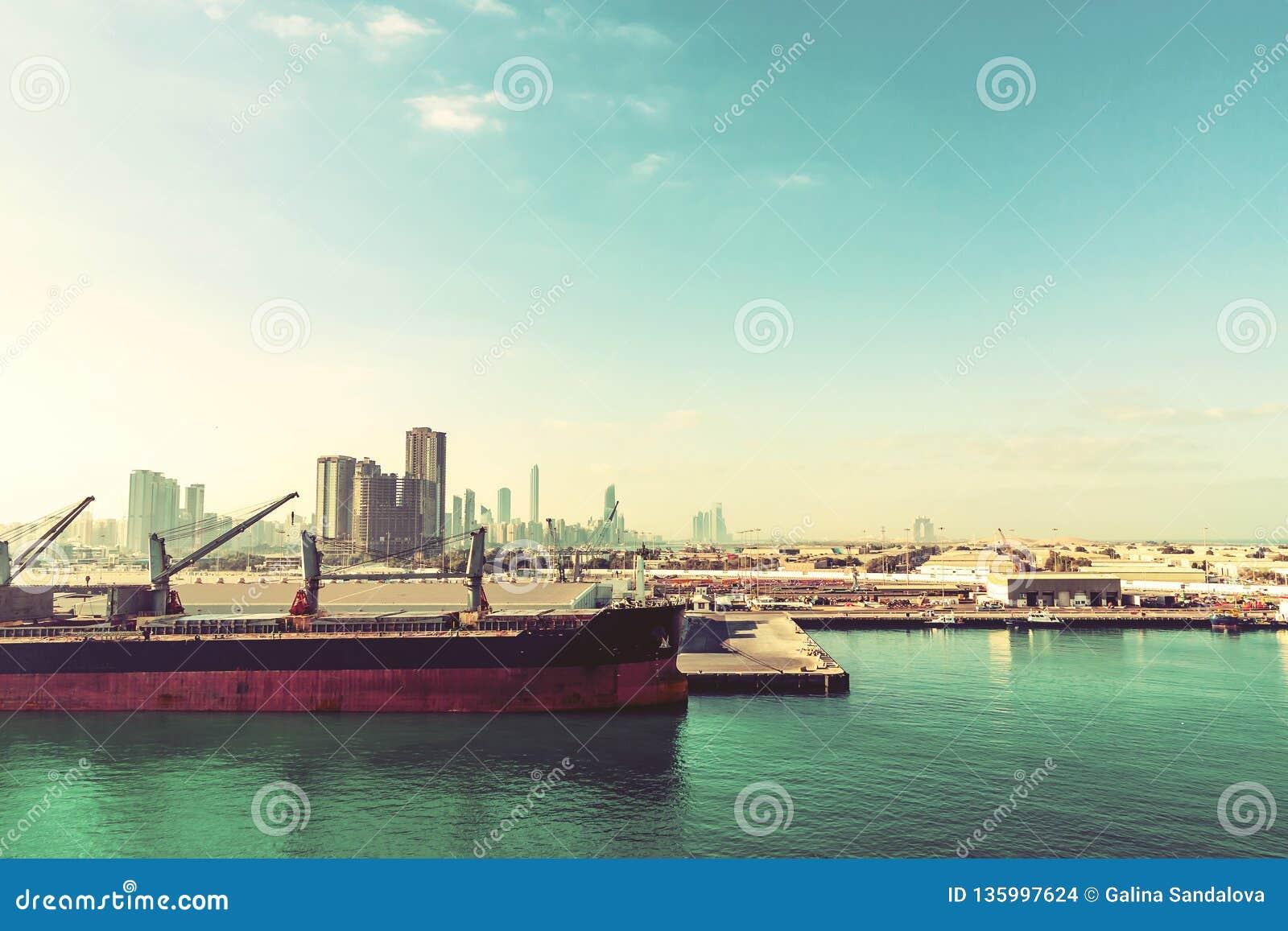 Abu Dhabi, Verenigde Arabische Emiraten - 13 December, 2018: Groot schip in ladingshaven