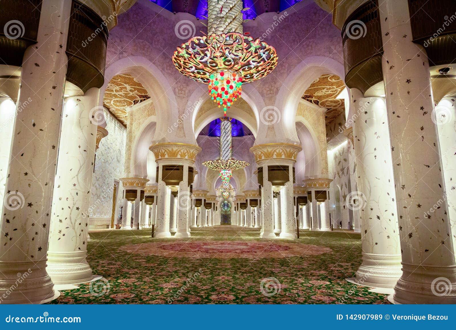 Abu Dhabi Zjednoczone Emiraty Arabskie, Marzec, - 12th, 2019: Modli się salę Sheikh Zayed Uroczysty meczet po wieczór ono modli s