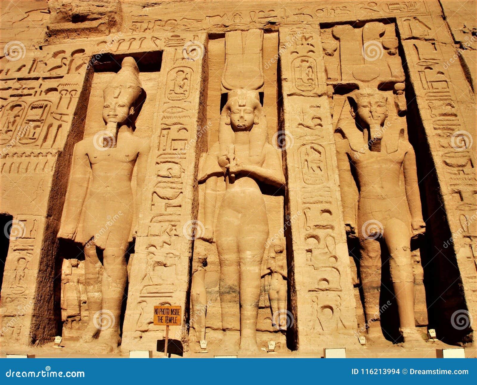 Abu Simbel statui Świątynny słońce Egypt