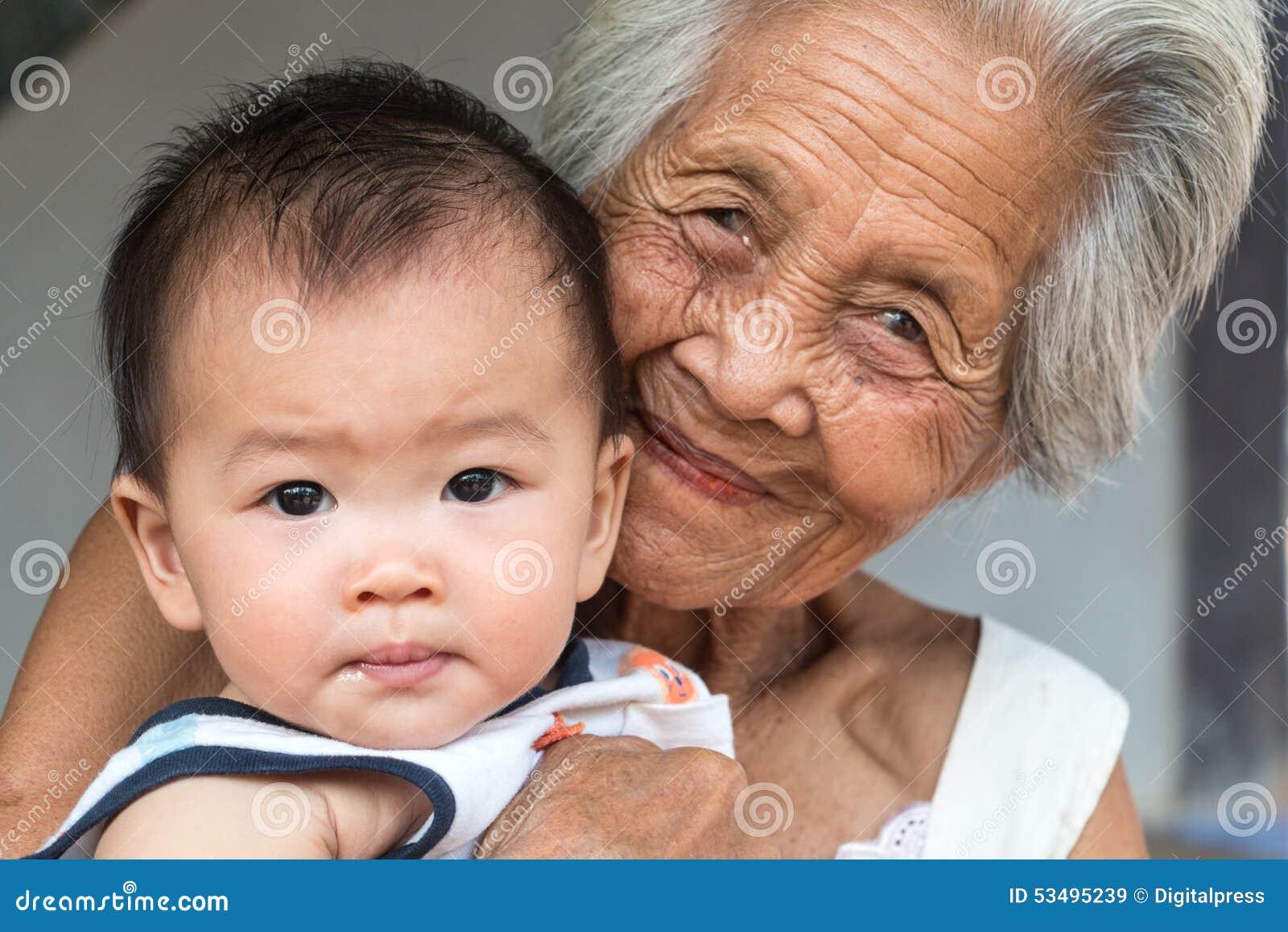 Abuela asiática con el bebé