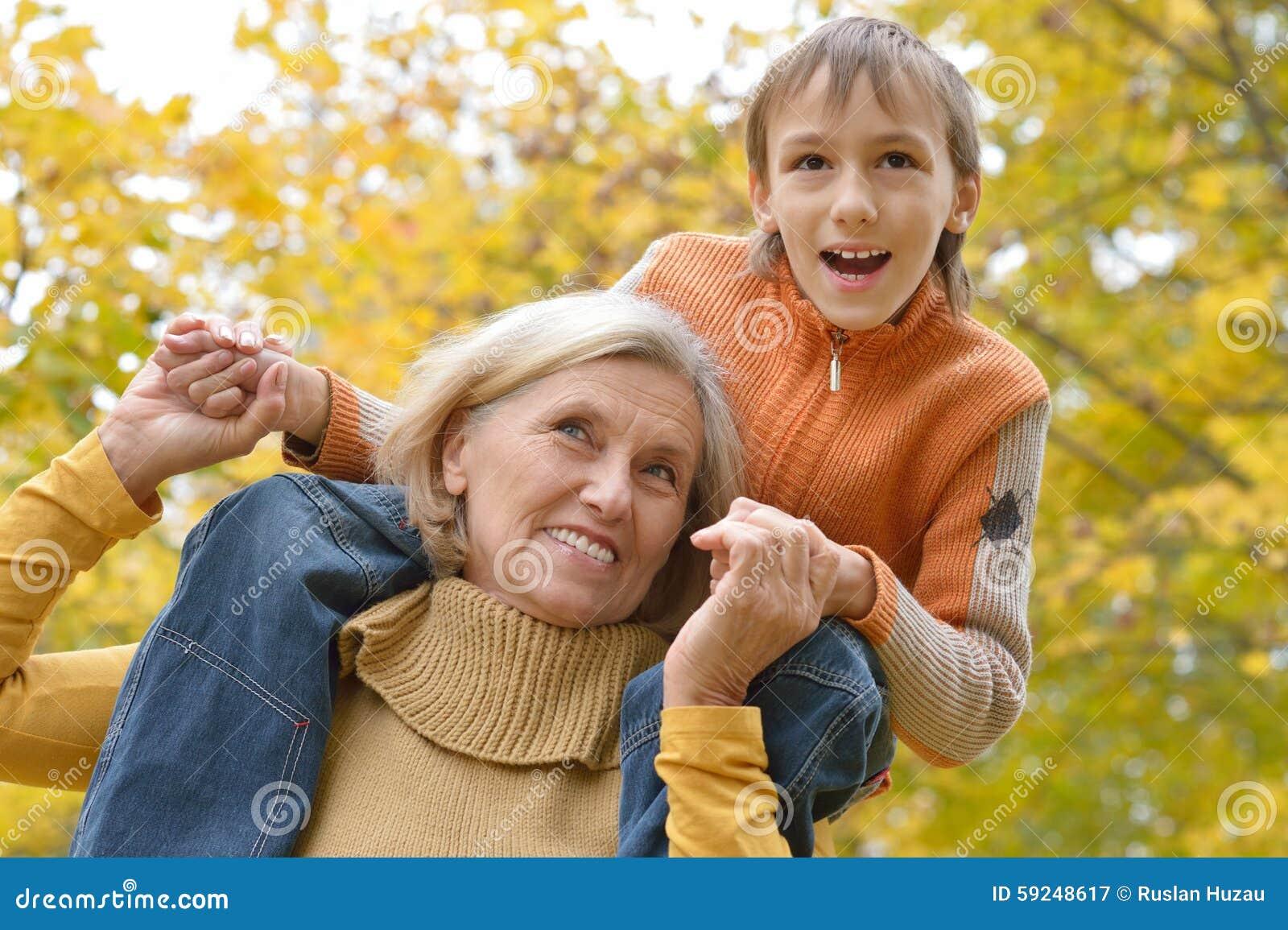 Abuela con el muchacho en parque