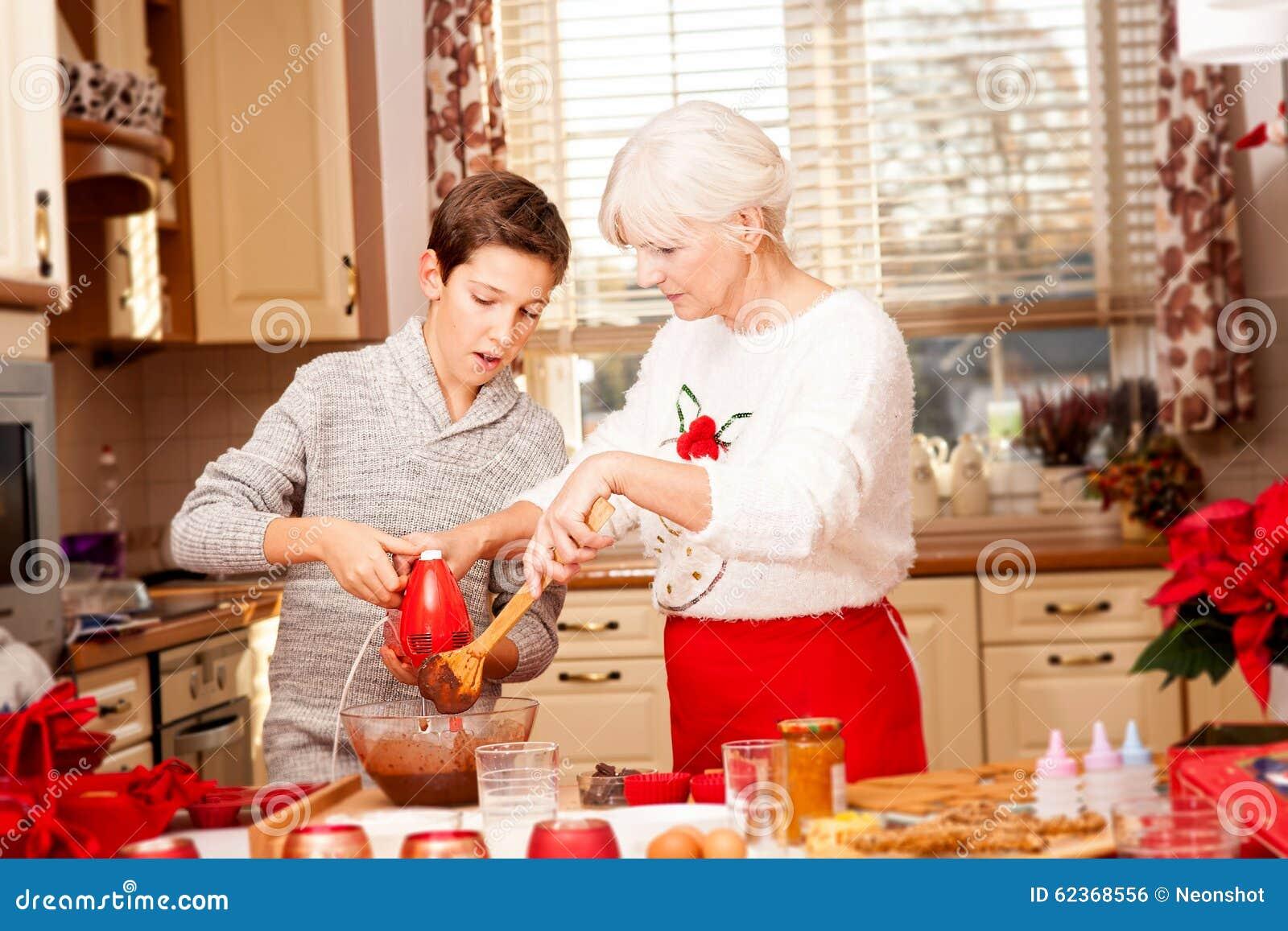Abuela con el nieto en la cocina la navidad foto de for Cocina navidad con ninos