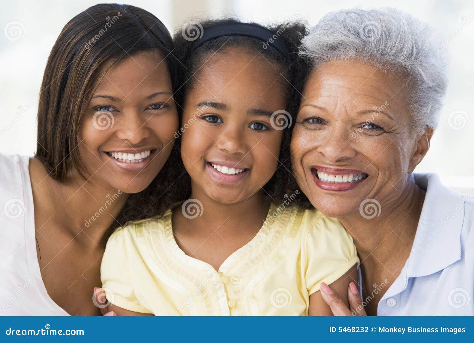 Abuela con la hija y el nieto adultos