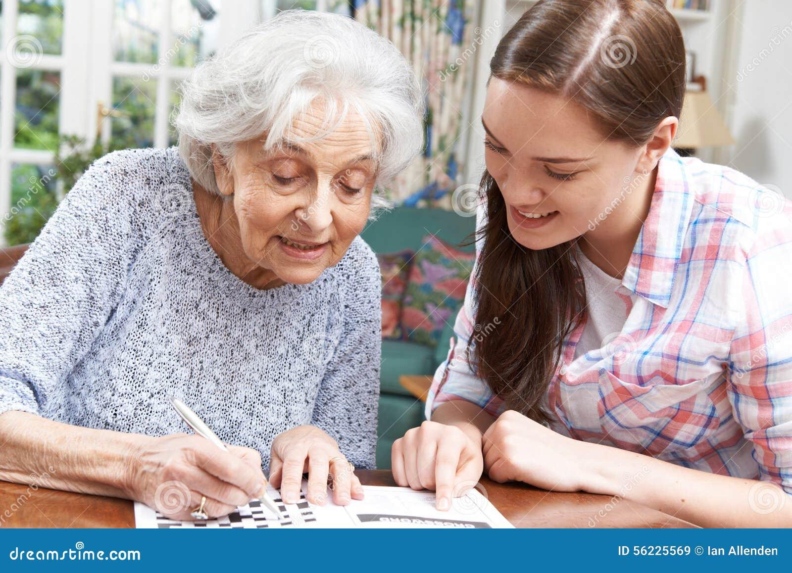 La abuela ayuda a nieto cum