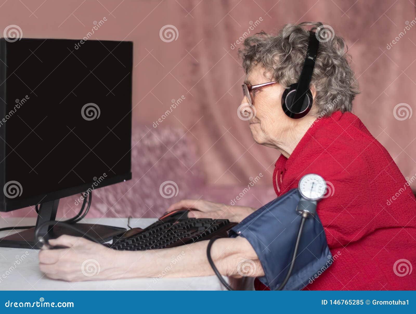 Abuela en el mundo moderno No un d?a sin Internet
