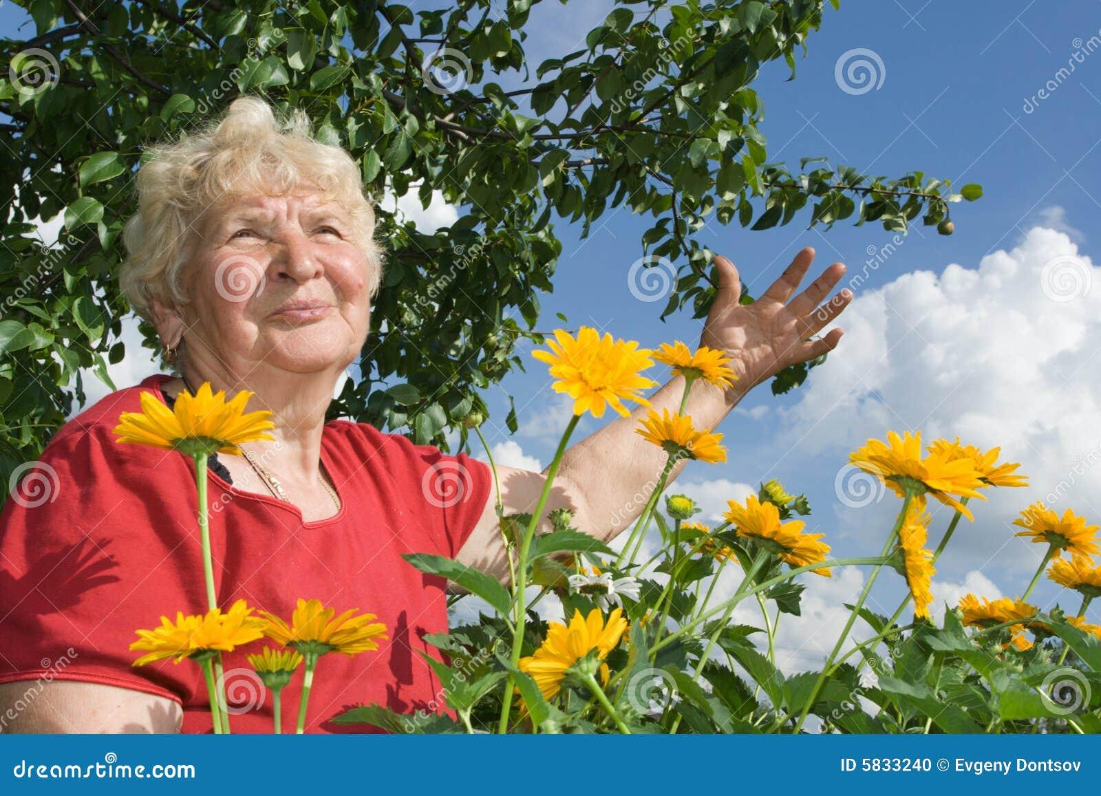 Abuela mirada al cielo