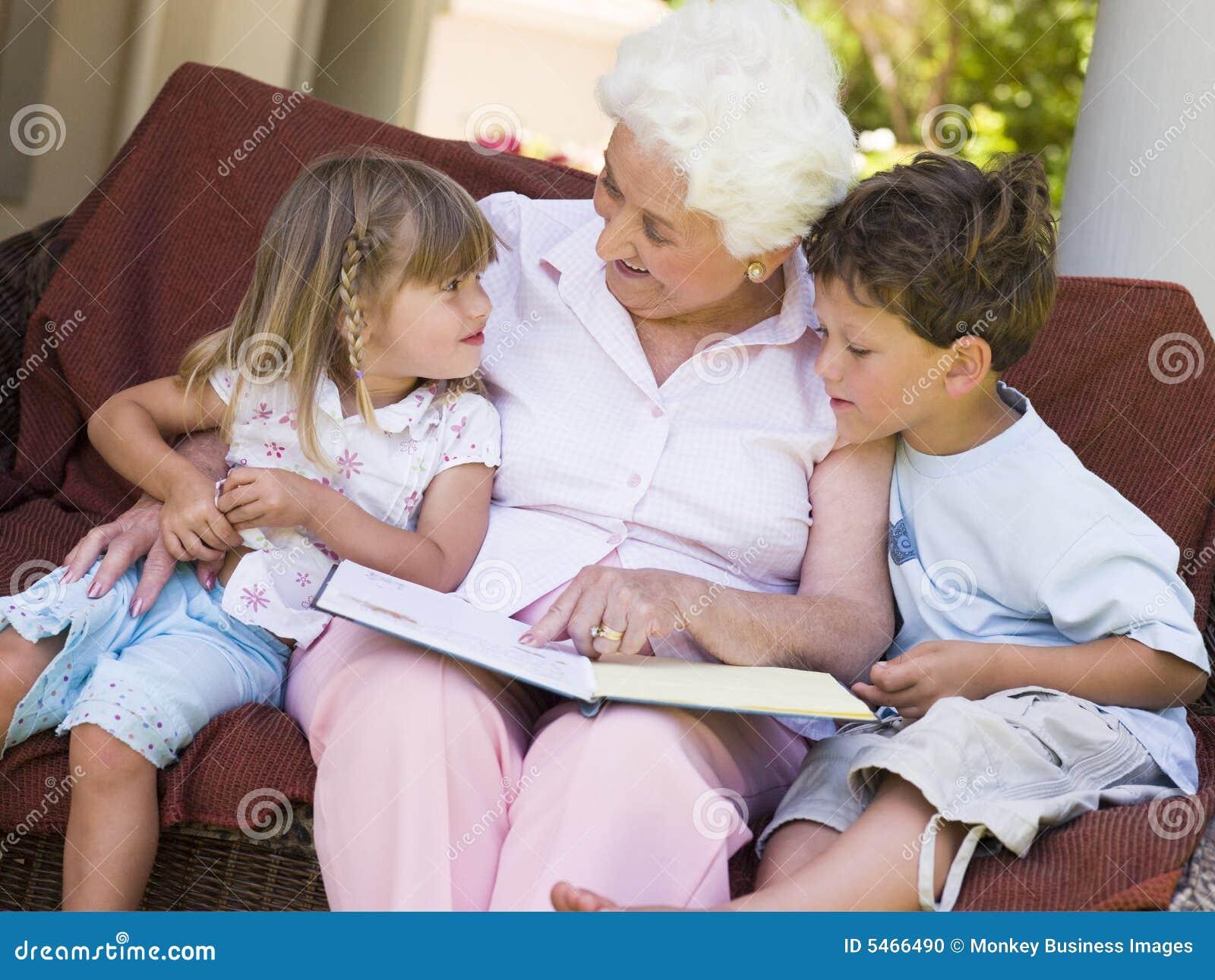 image El joven seduce a la abuela mayor