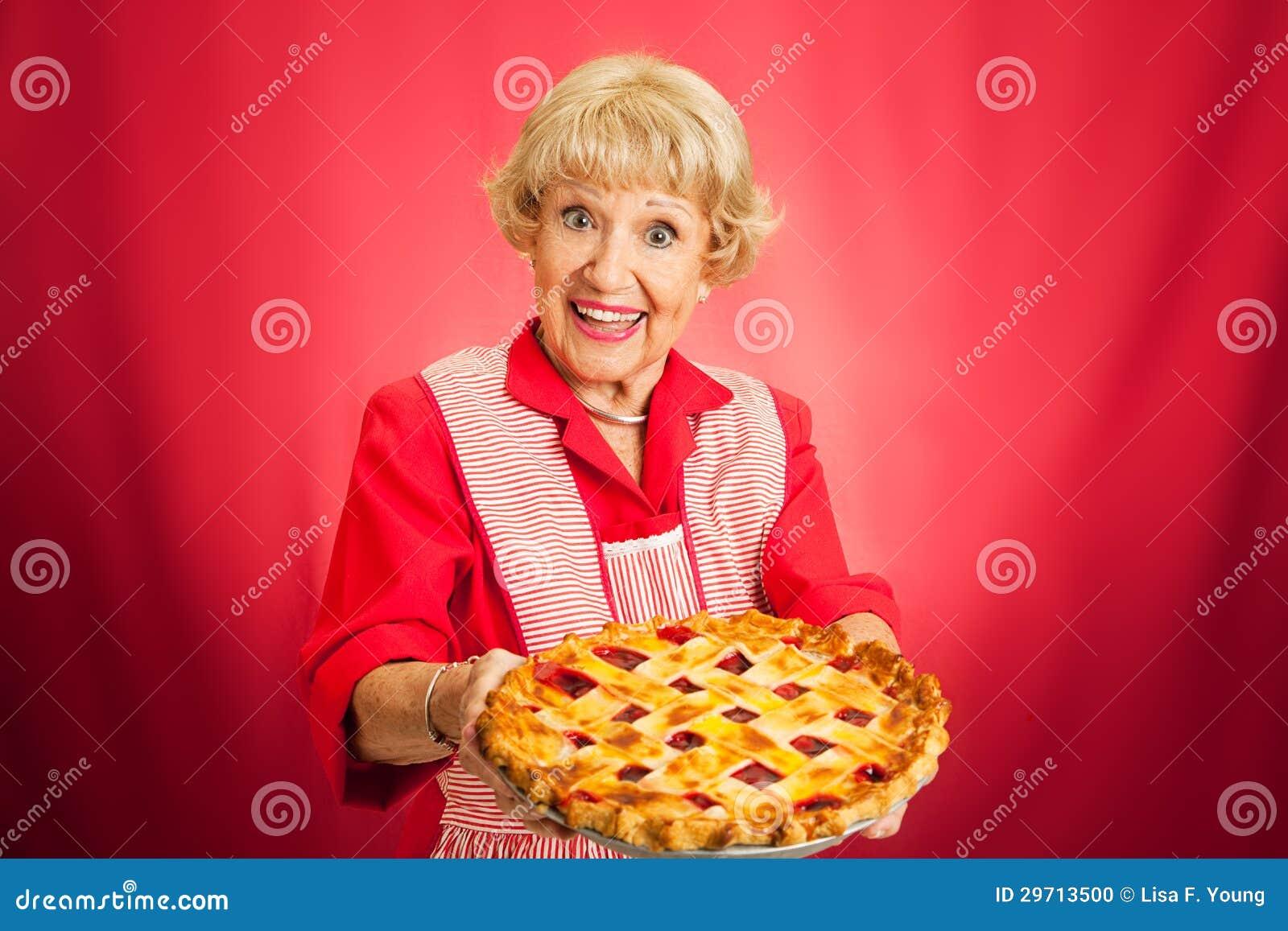 Abuelita que sostiene la empanada superior de la cereza del enrejado