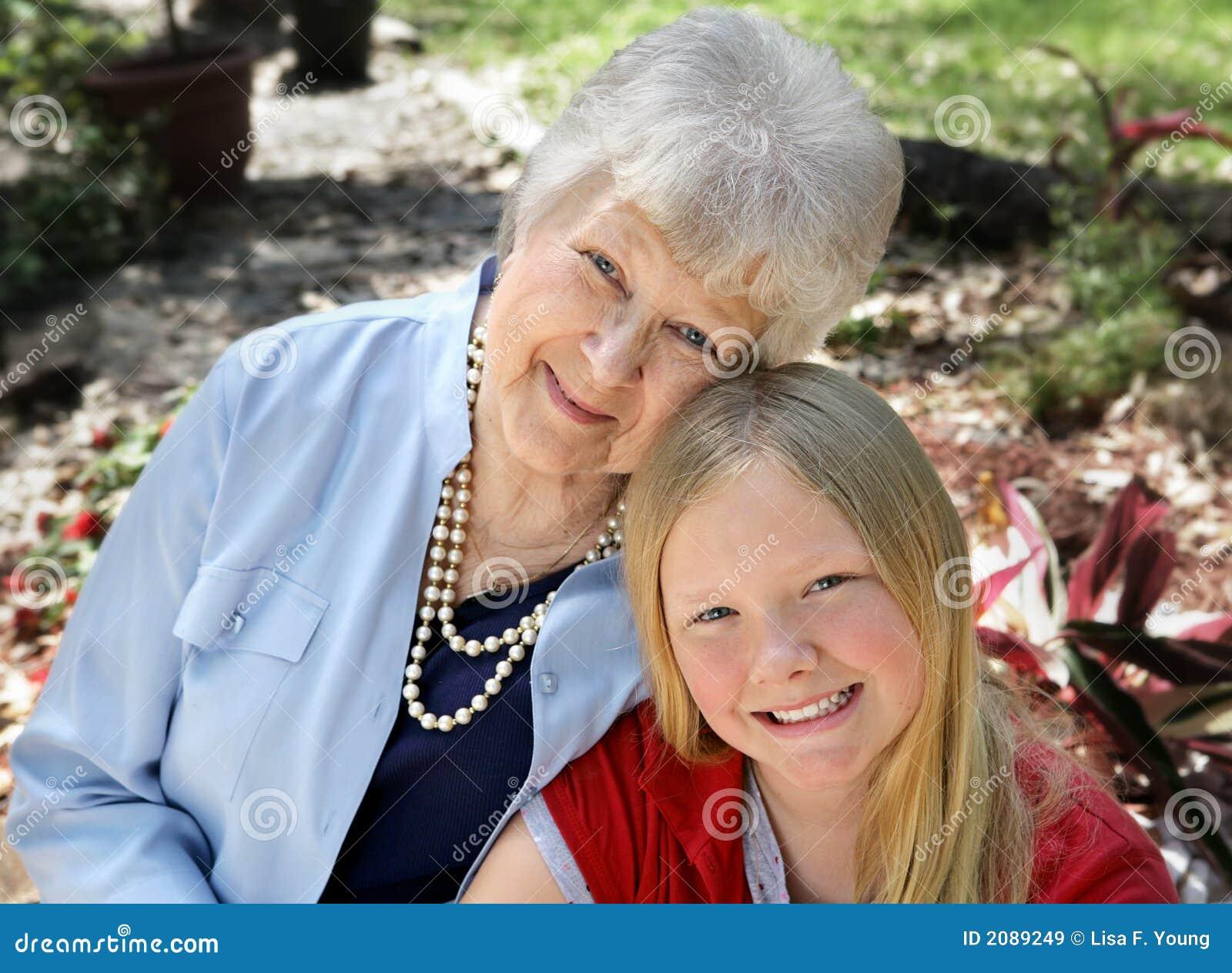 Abuela y niño en jardín