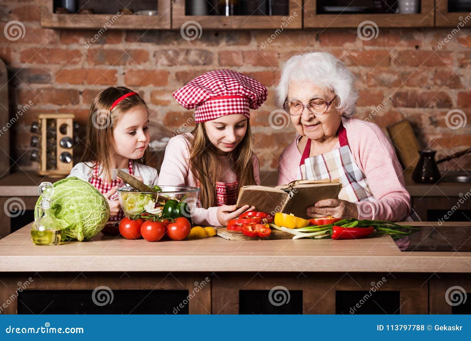 Abuelita con dos nietas que leen receta