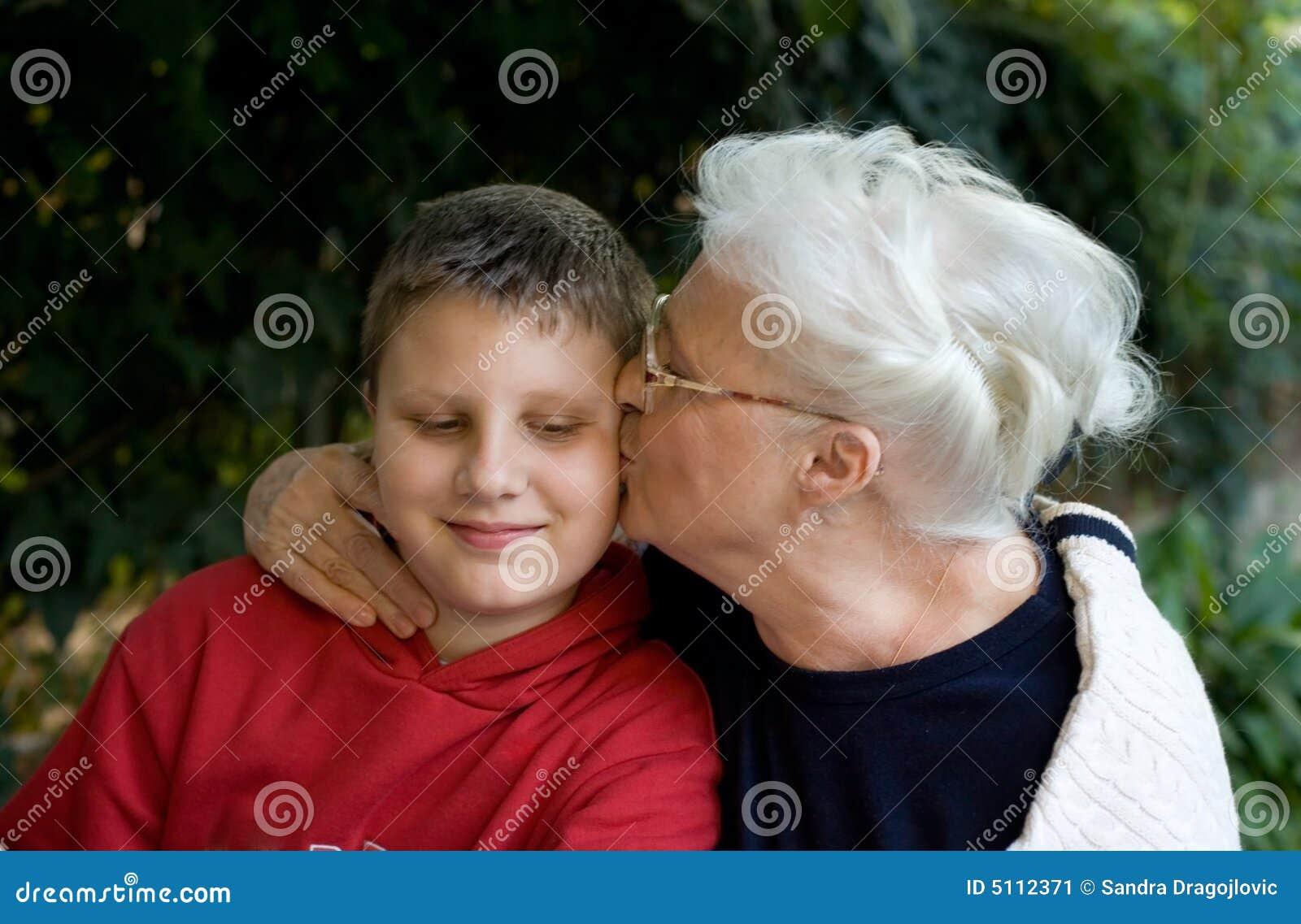 Besando a la abuela - 2 9