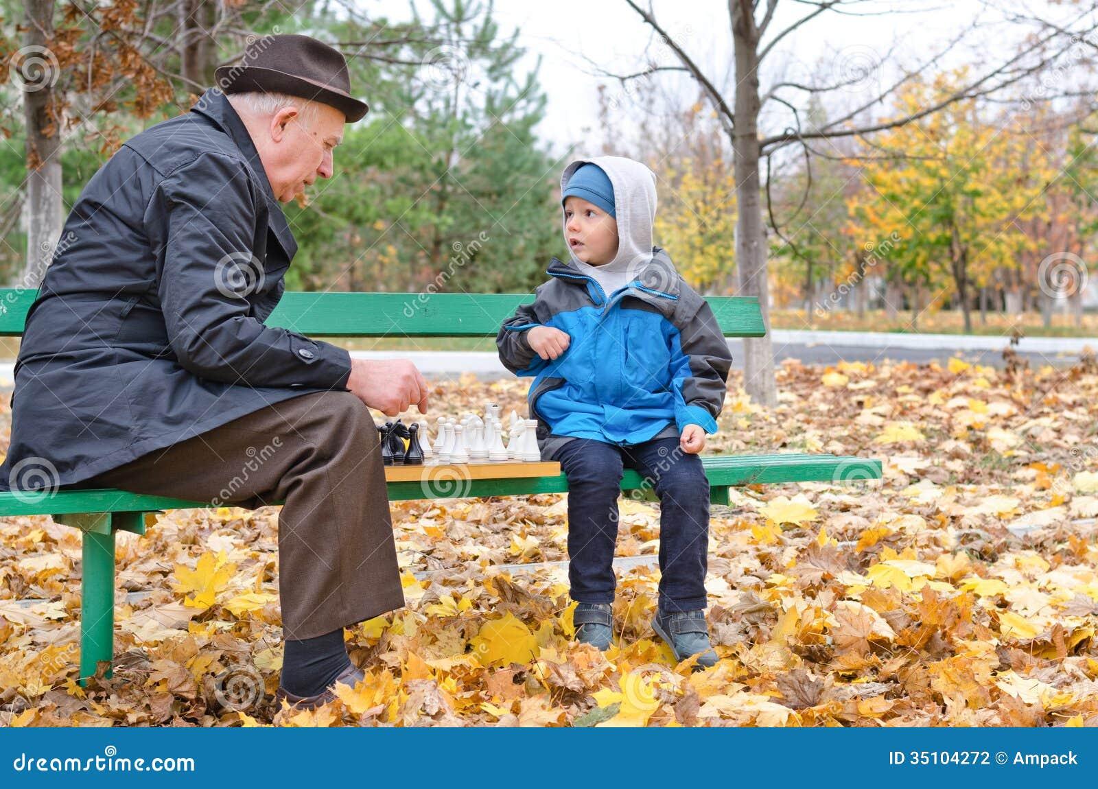 Abuelo que juega a ajedrez con su ni o peque o fotograf a - La casa vieja del abuelo ...