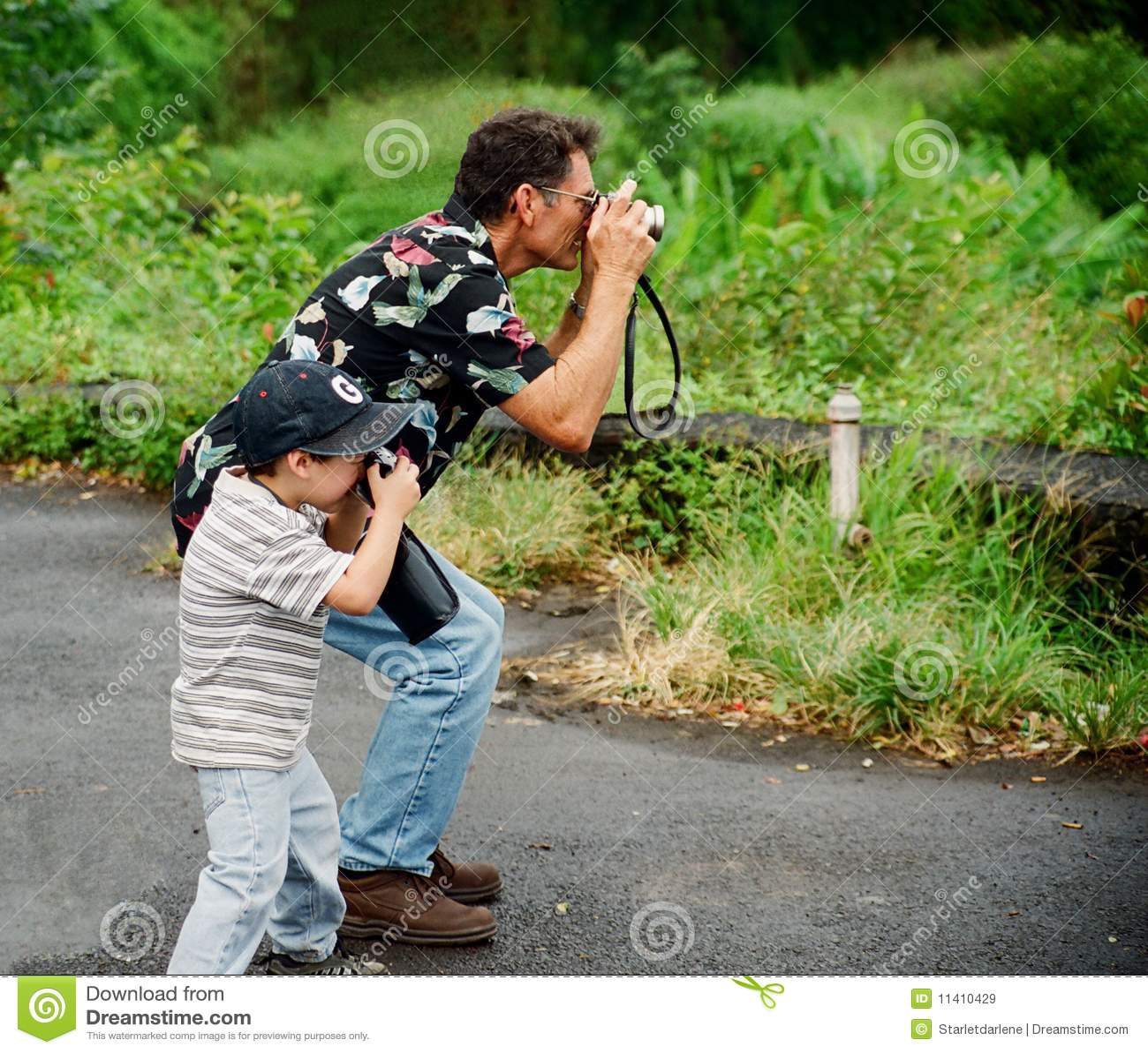 Abuelo y nieto que toman cuadros