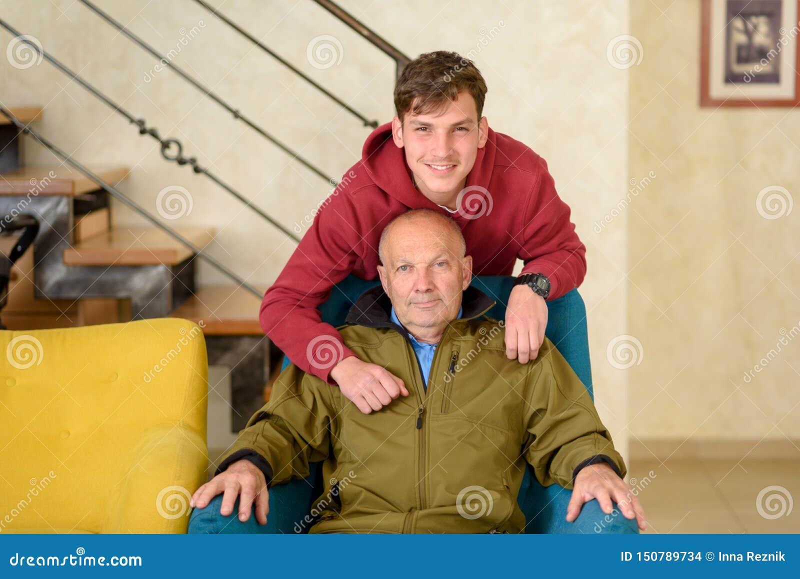 Abuelo y su nieto que pasan el tiempo junto