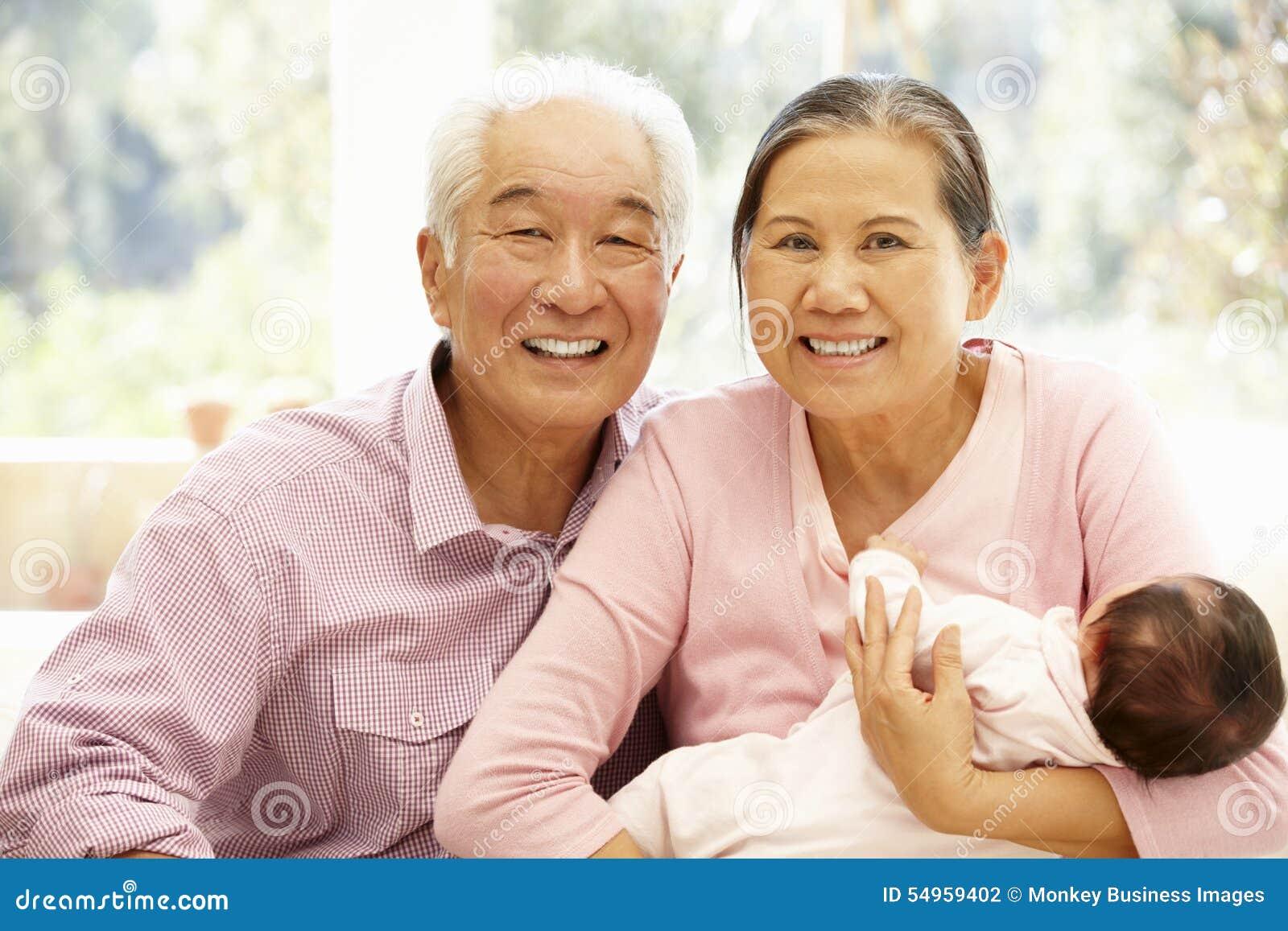 Abuelos Guarros abuelos asiáticos con el bebé foto de archivo - imagen de