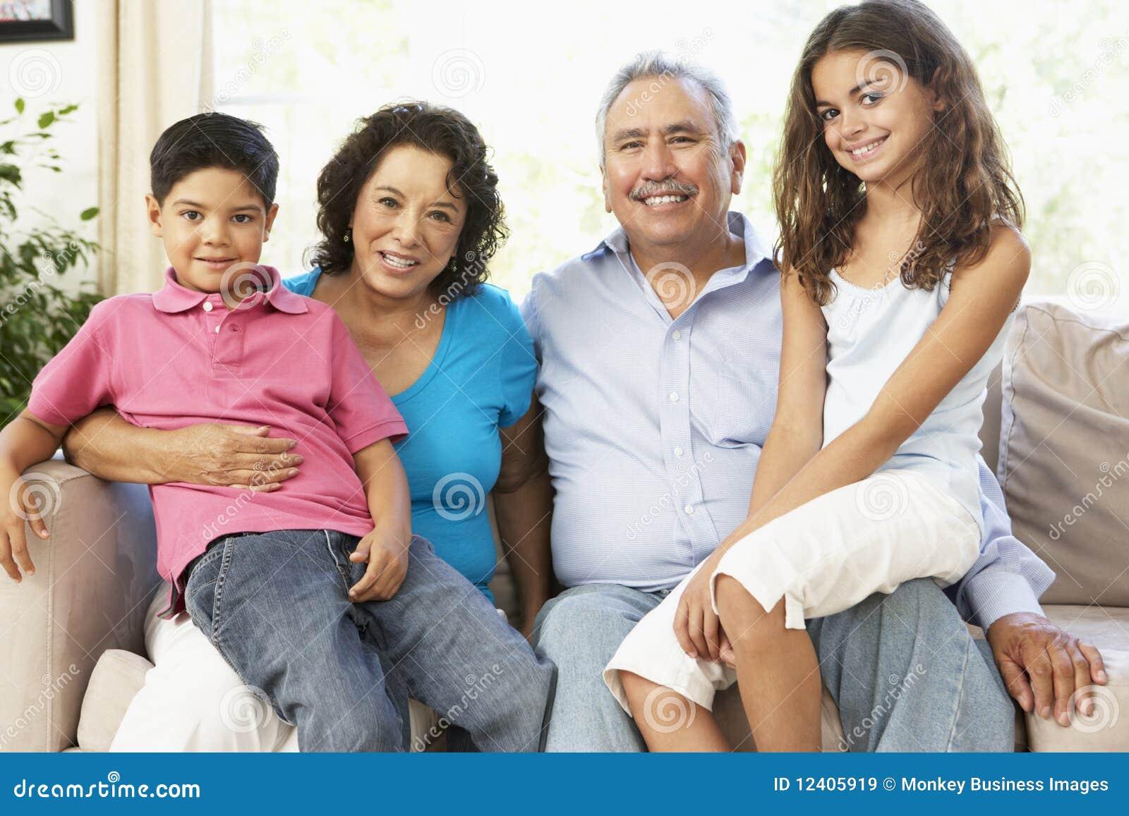 Abuelos con los nietos que relajan en el país T