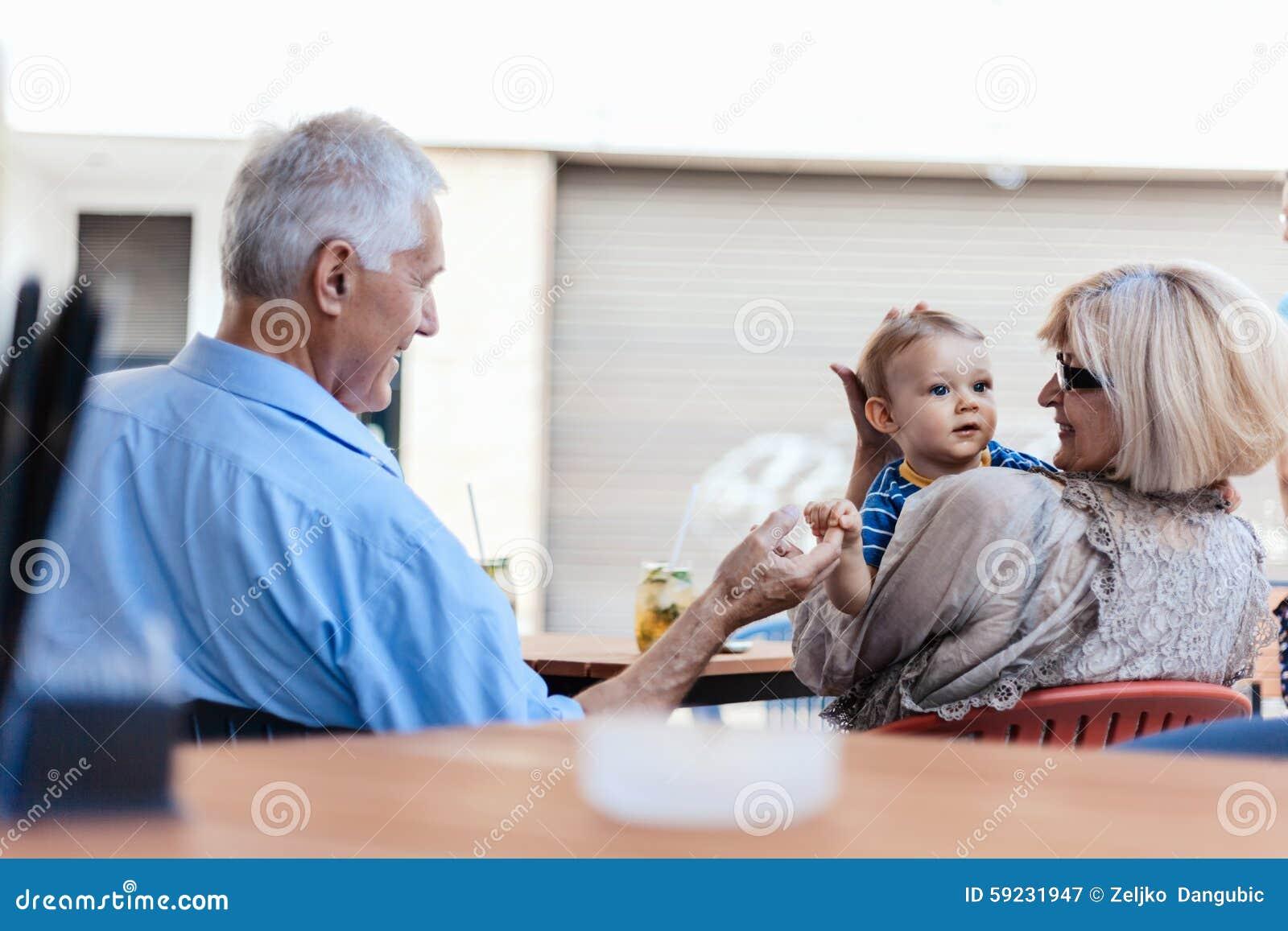 Abuelos con su nieto en el café