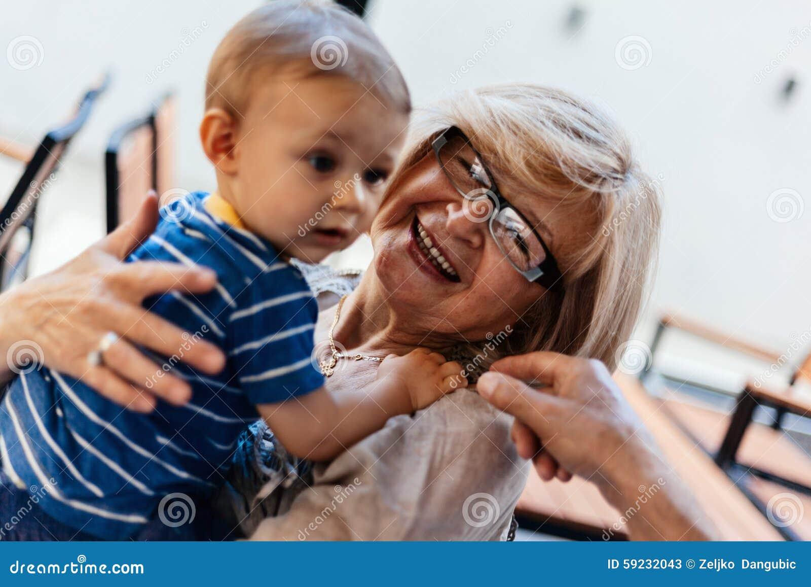 Download Abuelos Con Su Nieto En El Café Imagen de archivo - Imagen de bebé, alimento: 59232043