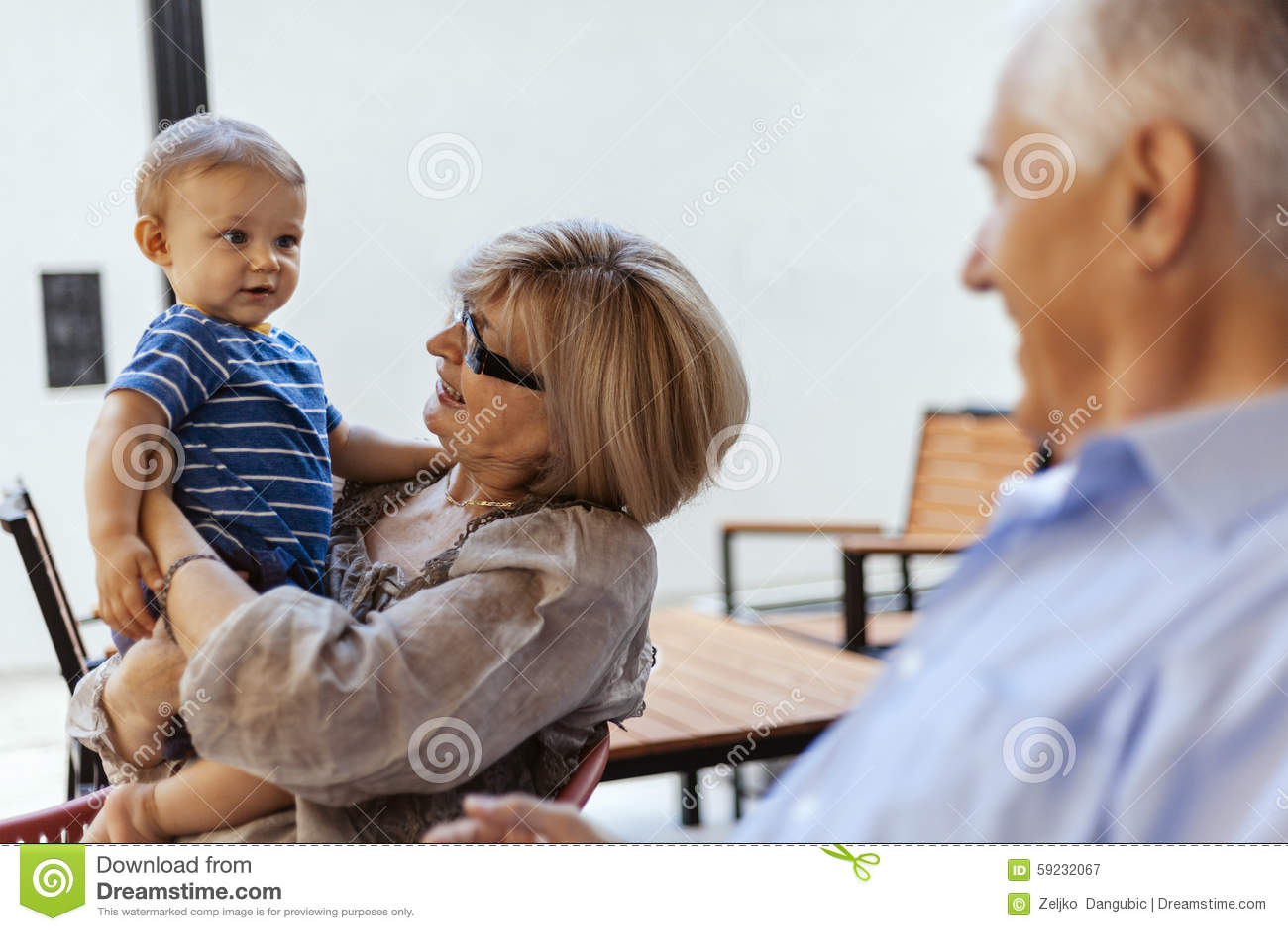 Download Abuelos Con Su Nieto En El Café Imagen de archivo - Imagen de disfrute, heterosexual: 59232067