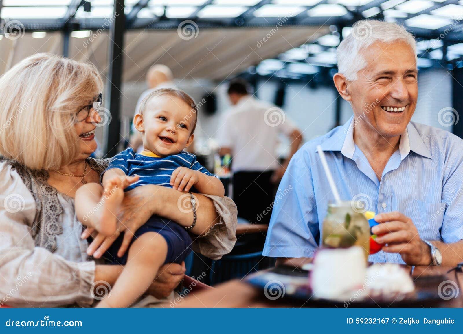 Download Abuelos Con Su Nieto En El Café Imagen de archivo - Imagen de hembra, pares: 59232167