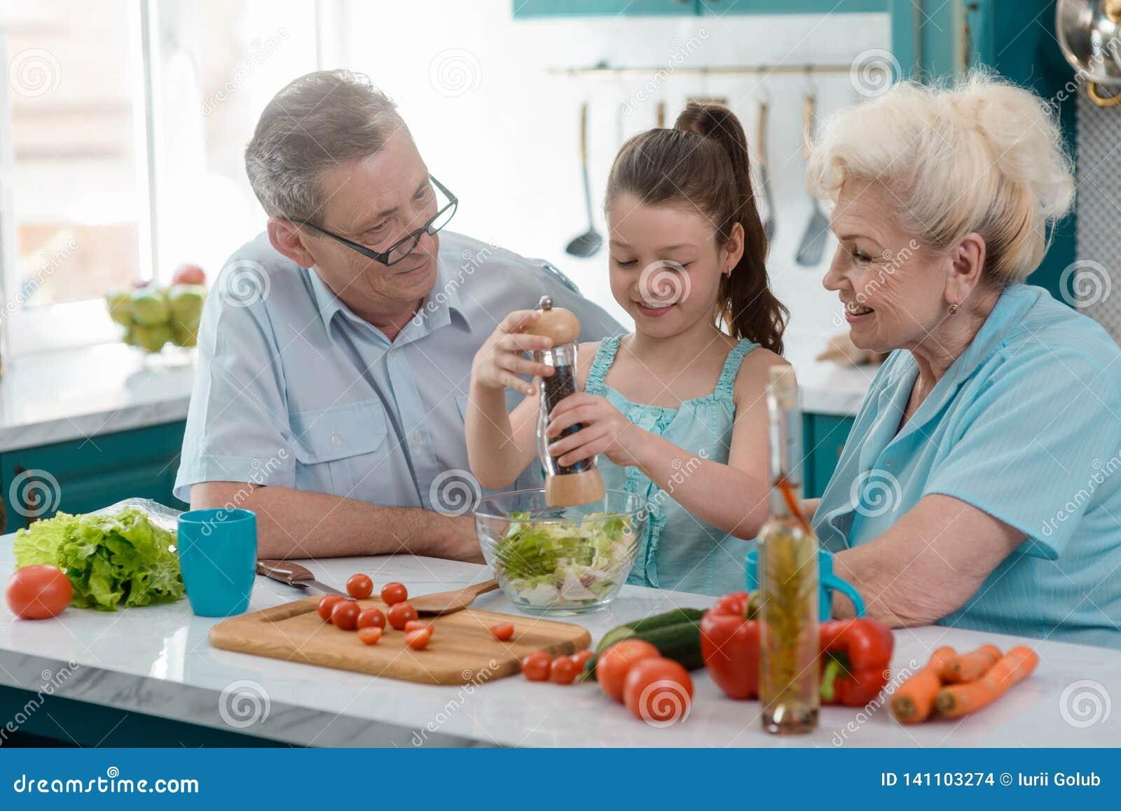 Abuelos orgullosos y su nieta