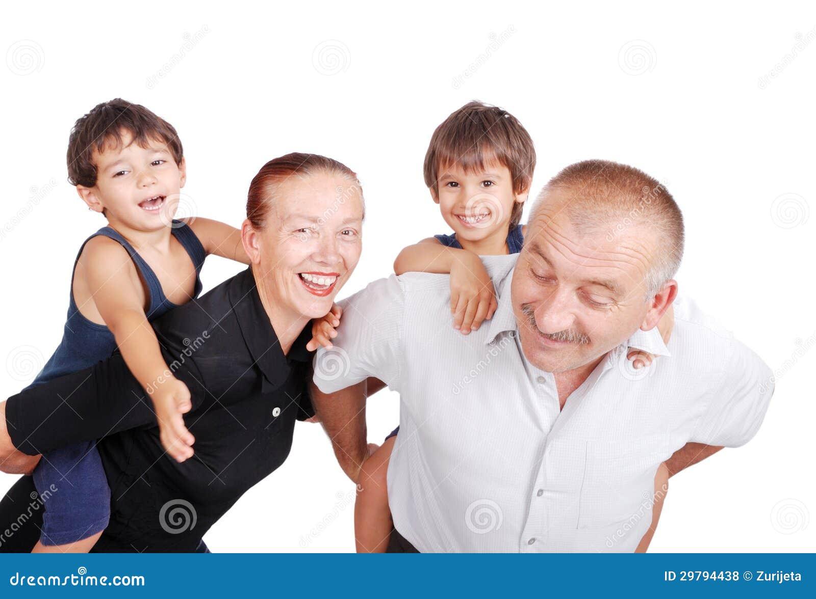Abuelos que llevan a cuestas a dos muchachos