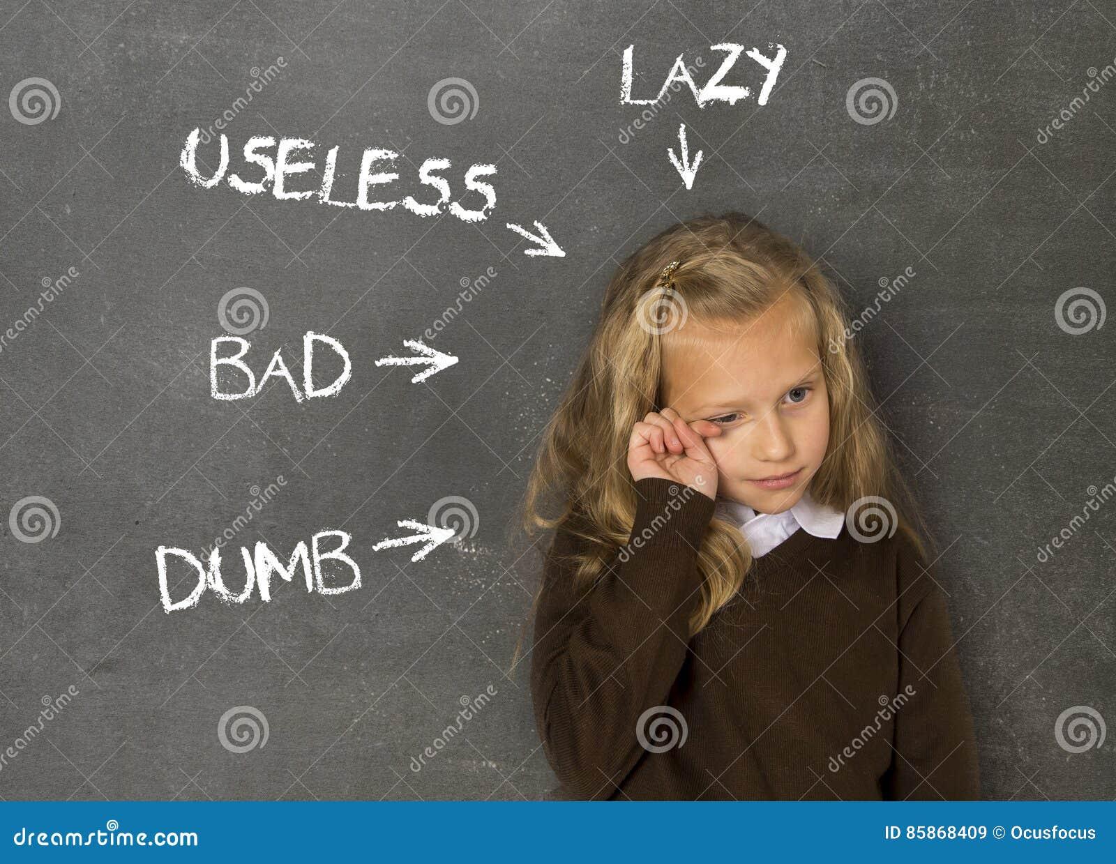 Abused disziplinierte das Schulmädchen, das als faules stummes schlechtes und unbrauchbar auf Klassentafel gezeigt wurde