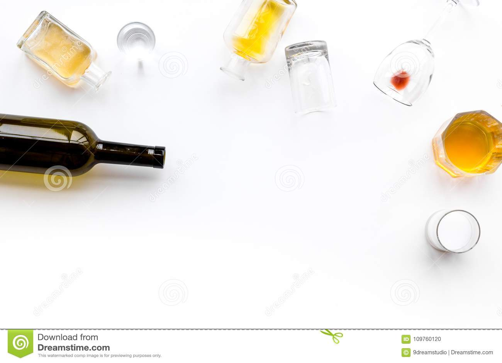 Abuso de alcohol Drunkennes Vidrios y botellas en el espacio blanco de la copia de la opinión superior del fondo