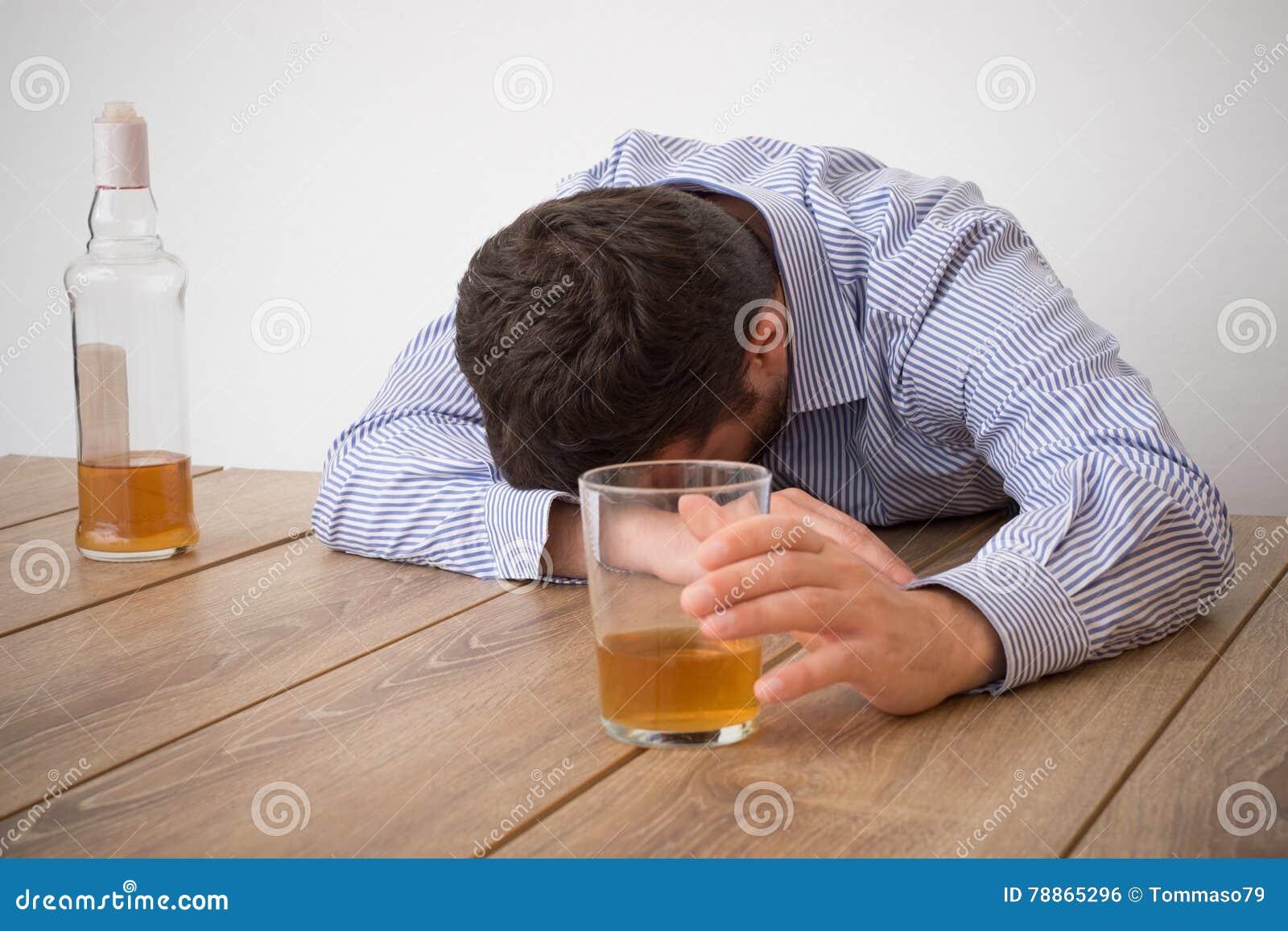 Abuso deprimido do homem do álcool que tenta esquecer seus problemas