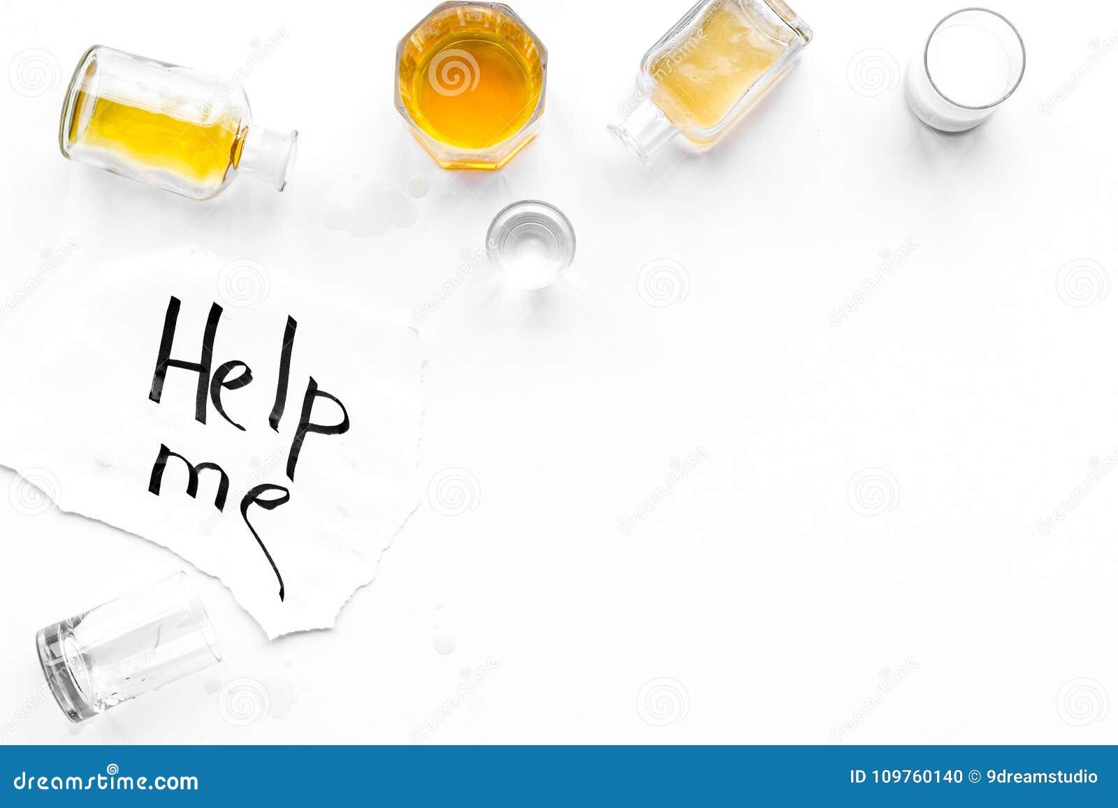 Abuso di alcool Drunkennes Le parole mi aiutano vicino ai vetri ed alle bottiglie sulla vista superiore del fondo bianco a copiar