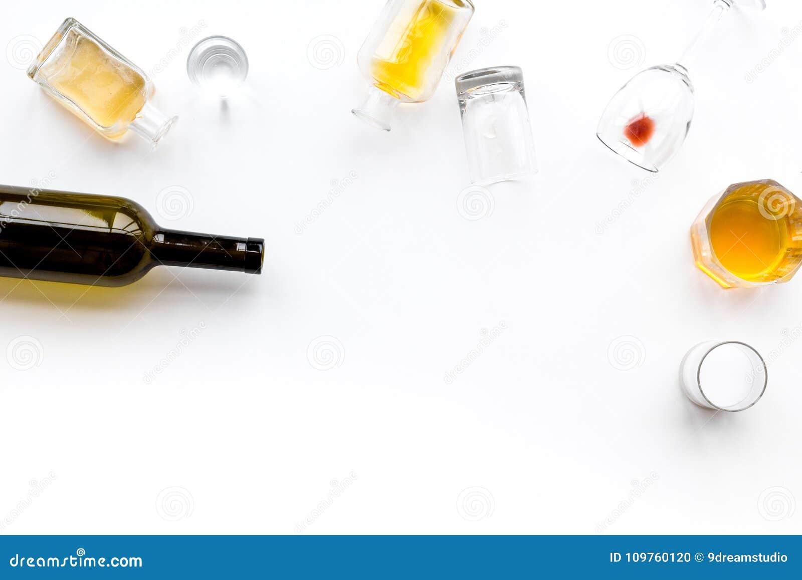 Abuso di alcool Drunkennes Vetri e bottiglie sullo spazio bianco della copia di vista superiore del fondo