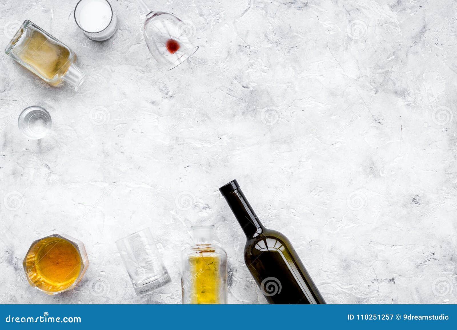 Abuso di alcool Drunkennes Vetri e bottiglie sullo spazio grigio della copia di vista superiore del fondo