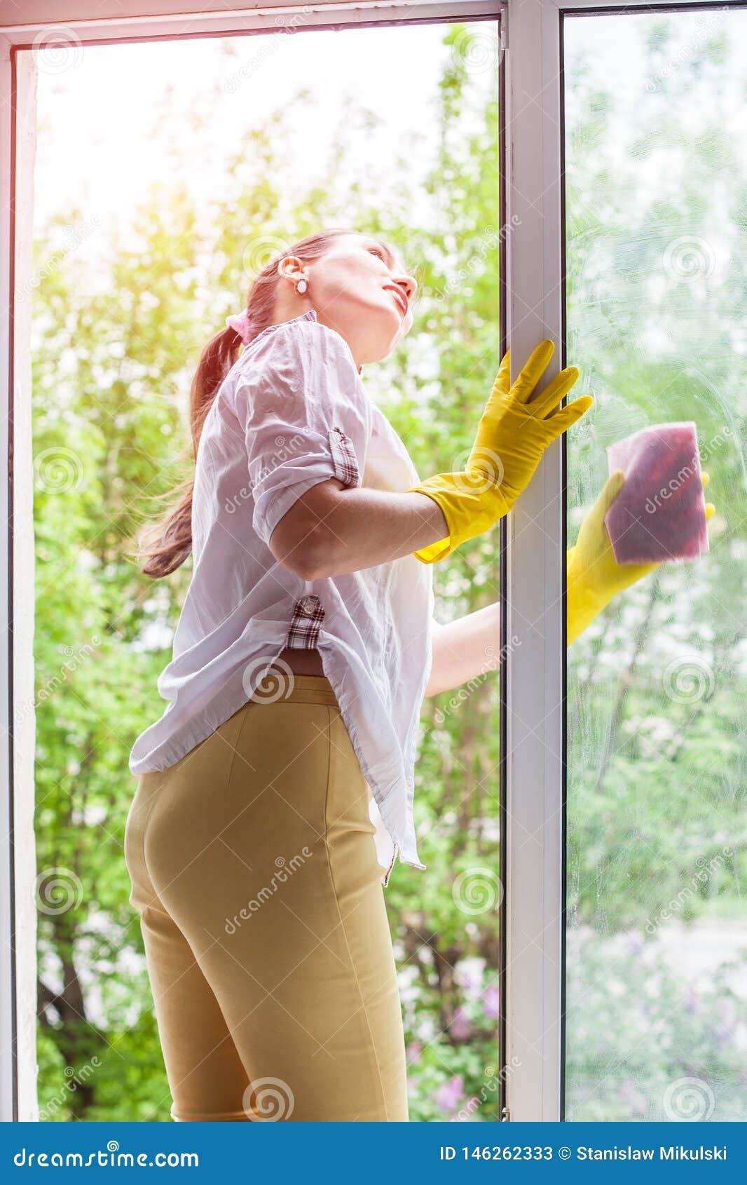 Abwaschfl?ssigkeit und -schw?mme Waschendes Fenster der jungen Frau