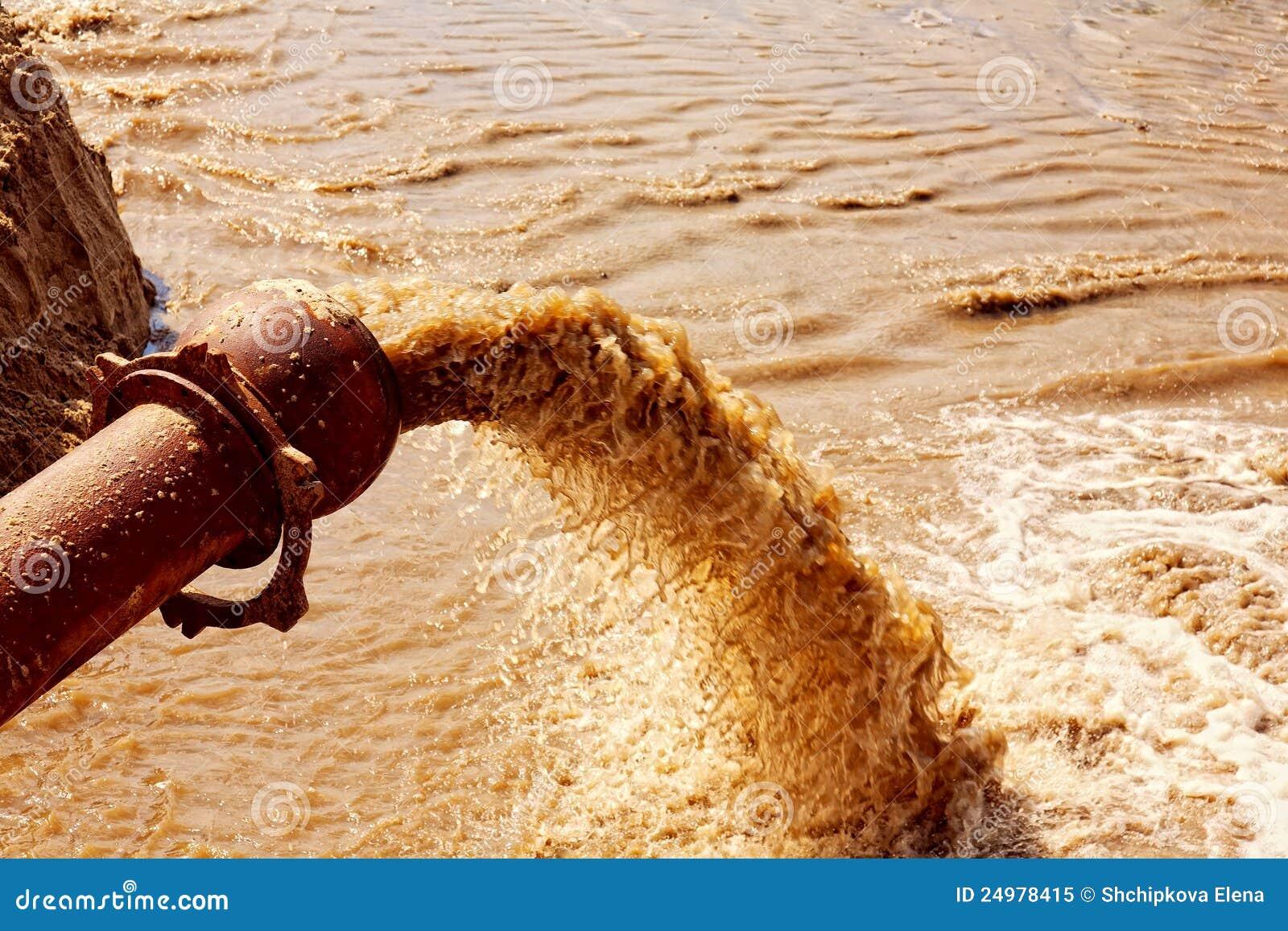 Abwasser, das von einem Rohr fließt