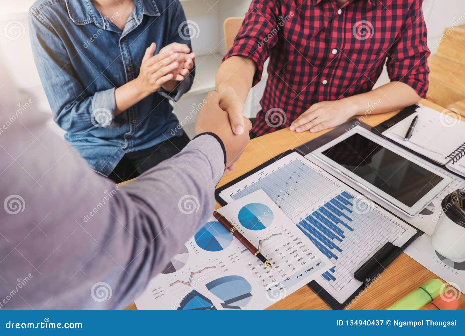 Acabando para arriba una reunión, apretón de manos de dos hombres de negocios felices después del acuerdo de contrato de hacer un