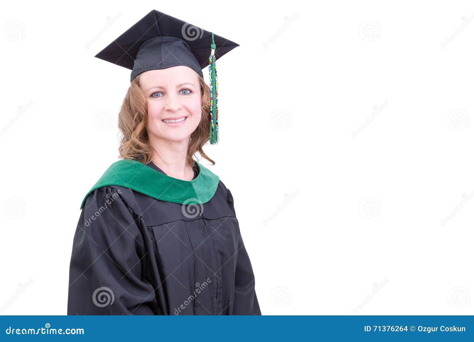 ec9b1b619 Academic bastante de mediana edad en la ropa de la graduación que lleva un  casquillo y un vestido del birrete que miran la cámara con una sonrisa  feliz ...