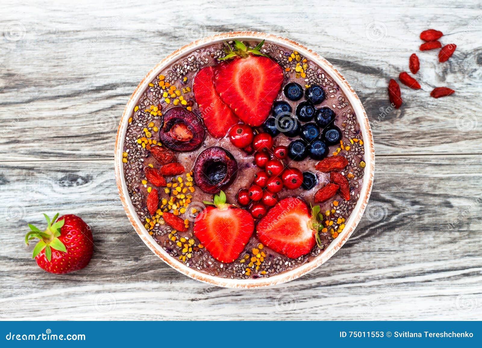 Acai-Frühstück superfoods Smoothies rollen mit chia Samen, dem Bienenblütenstaub, den goji Beerenbelägen und Erdnussbutter obenli