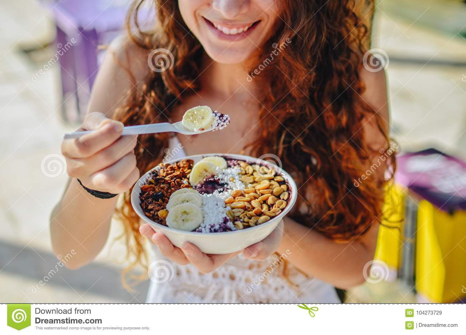 Acai-Schüsselfrau, die Morgenfrühstück am Café isst Nahaufnahme der gesunden Diät Frucht Smoothie für Gewichtsverlust mit Beeren