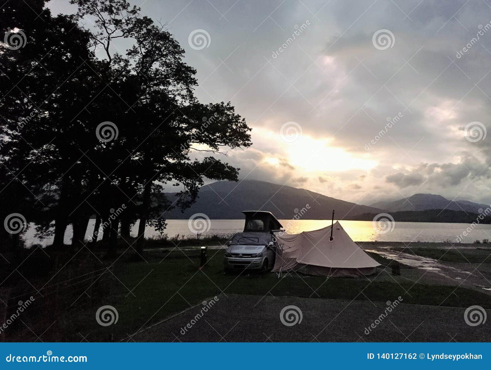 Acampamento nos bancos de Loch Lomond