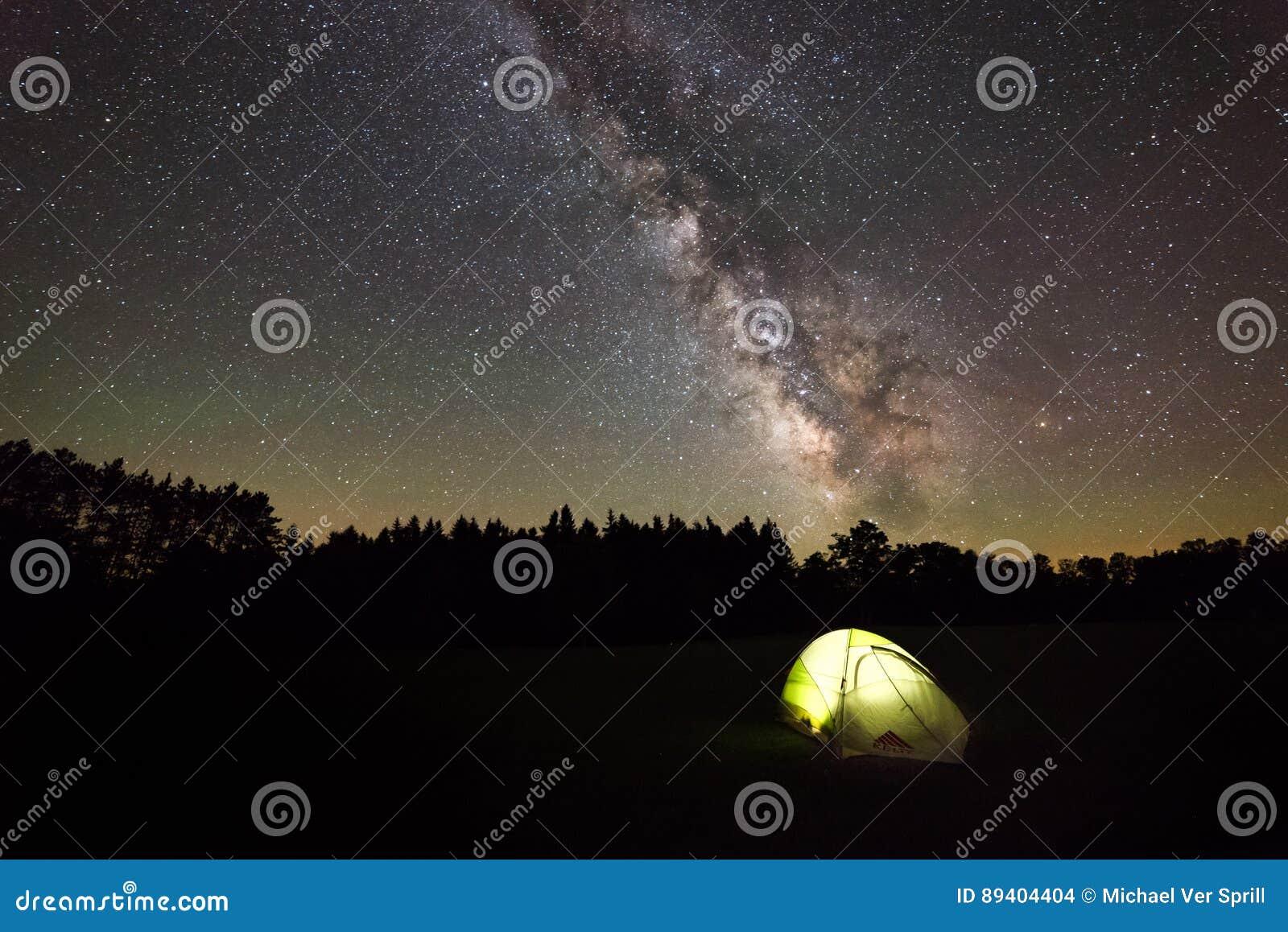 Acampamento sob a galáxia da Via Látea