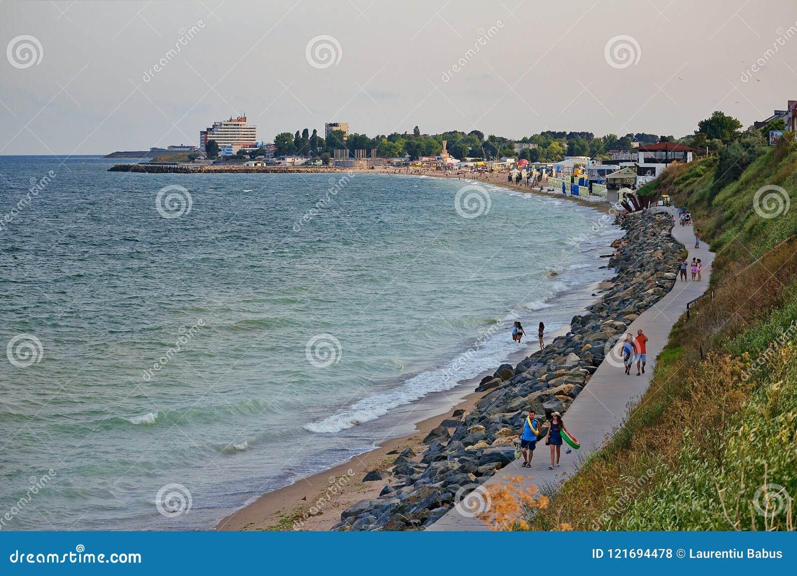 Acantilado largo hermoso en la playa de Costinesti, Constanta, Rumania