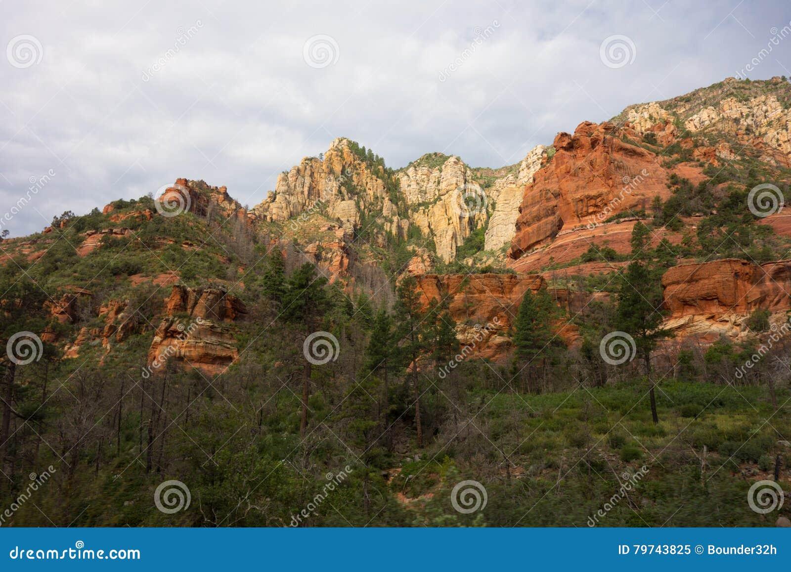 Acantilados coloridos de la piedra arenisca en Arizona