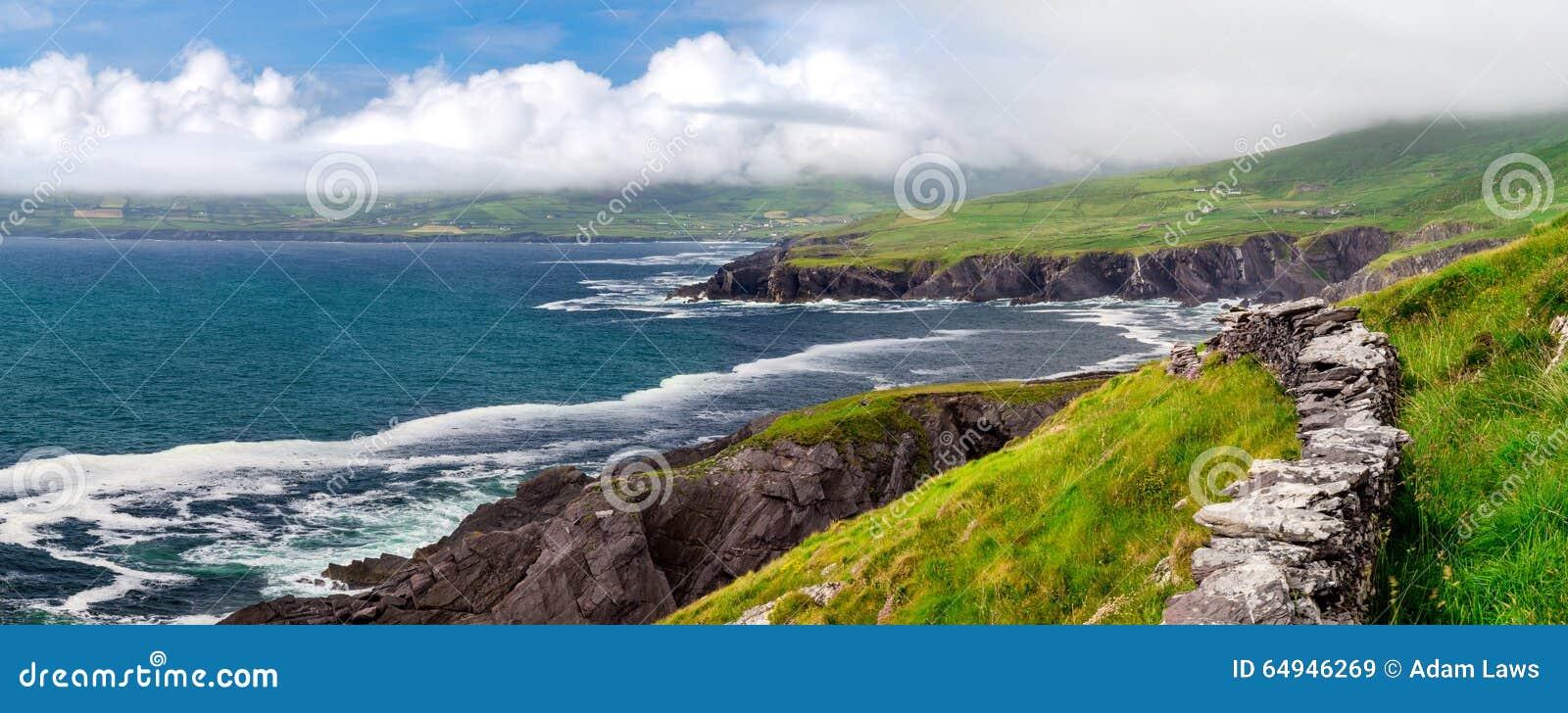 Acantilados costeros atlánticos de Irlanda en el anillo de Kerry, cerca de la manera atlántica salvaje