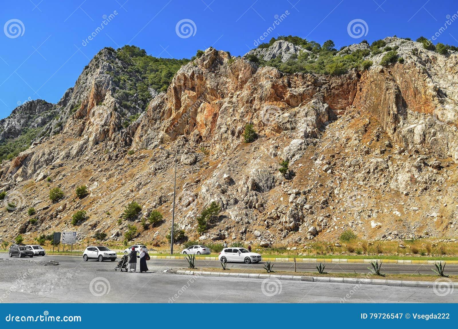 Acantilados de la montaña roja, rocosa a lo largo de los coches Kemer del camino - Antalya en Turquía