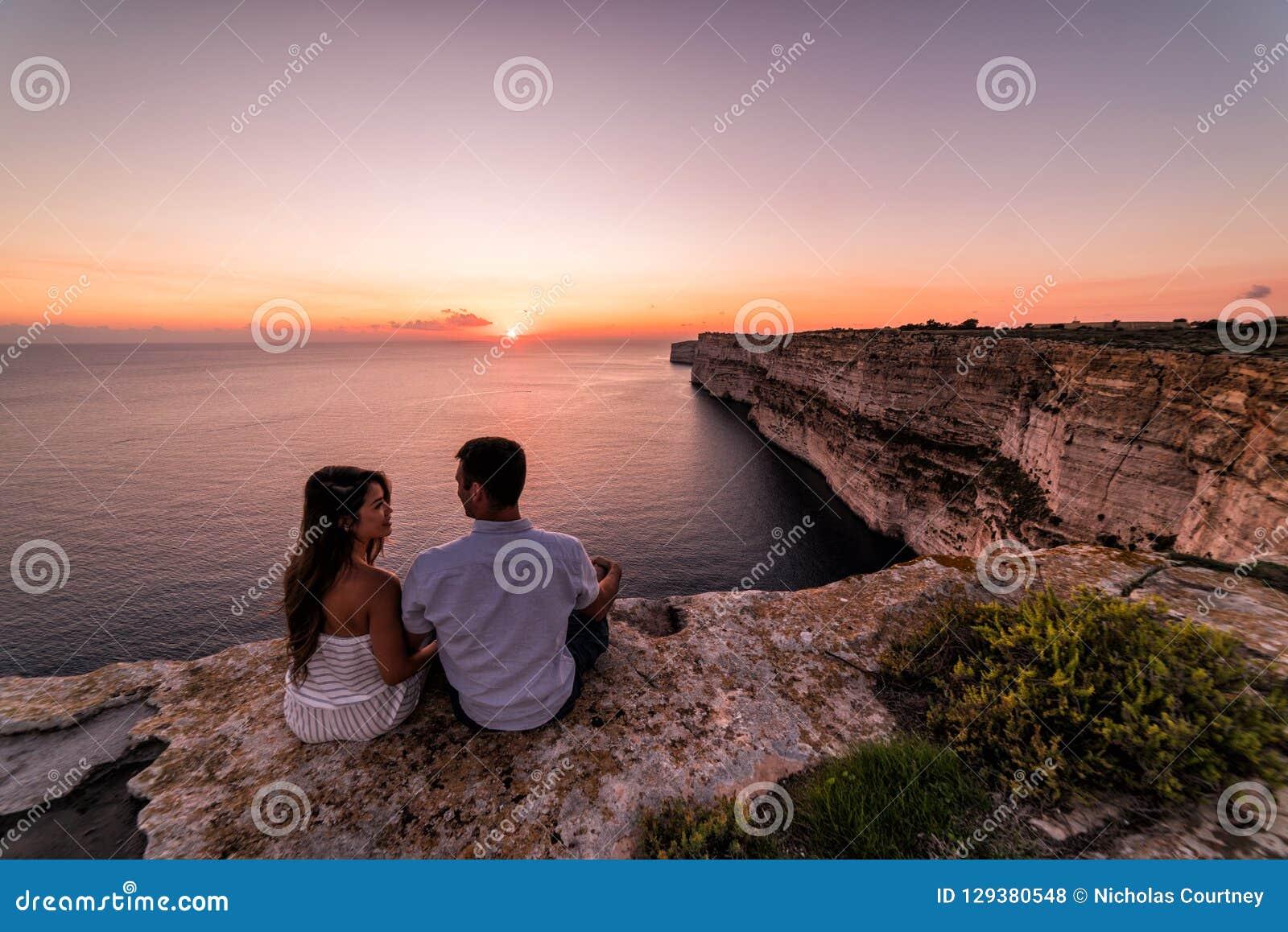 Acantilados hermosos de TA Cenc en la puesta del sol Gozo, Malta